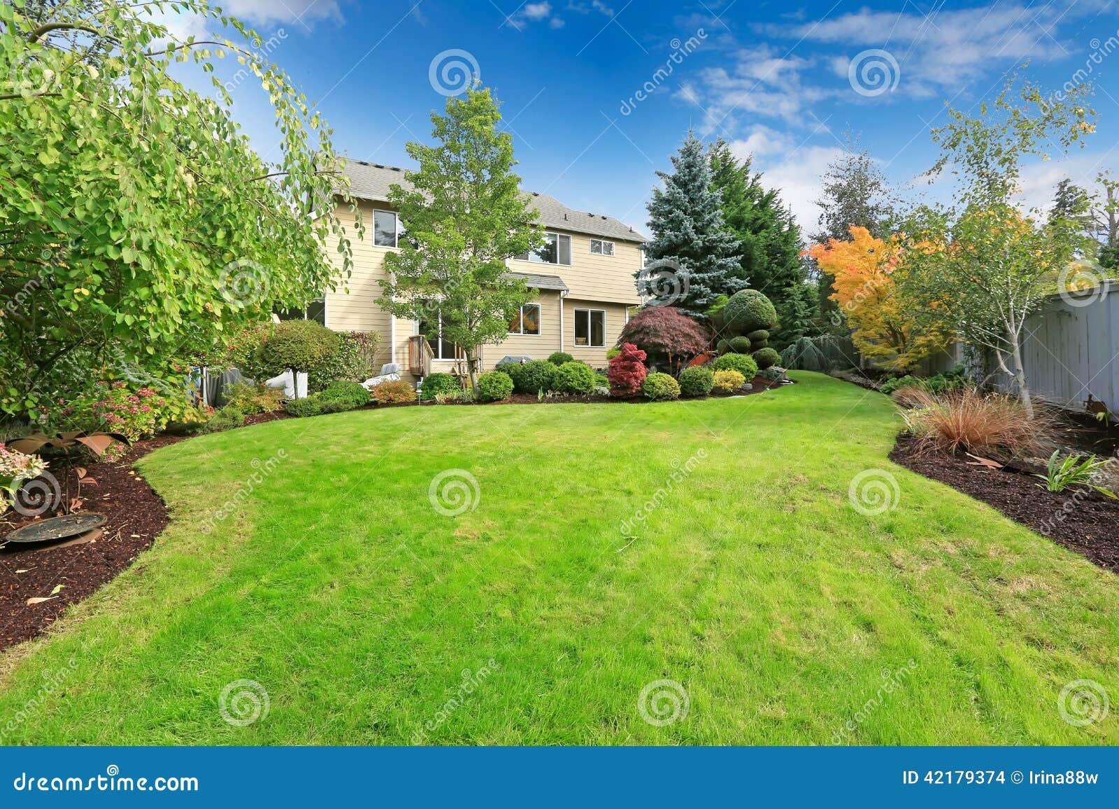 jardim quintal grande:Casa Com O Jardim E Gramado Tropicais Do Quintal Foto de Stock