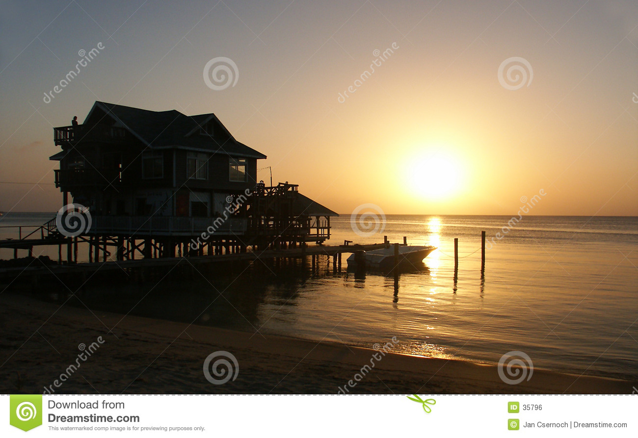Casa com por do sol no seashore
