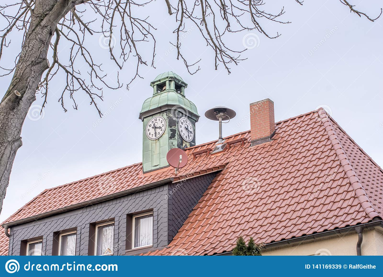 Casa com torre de pulso de disparo e sirene do departamento dos bombeiros local no telhado