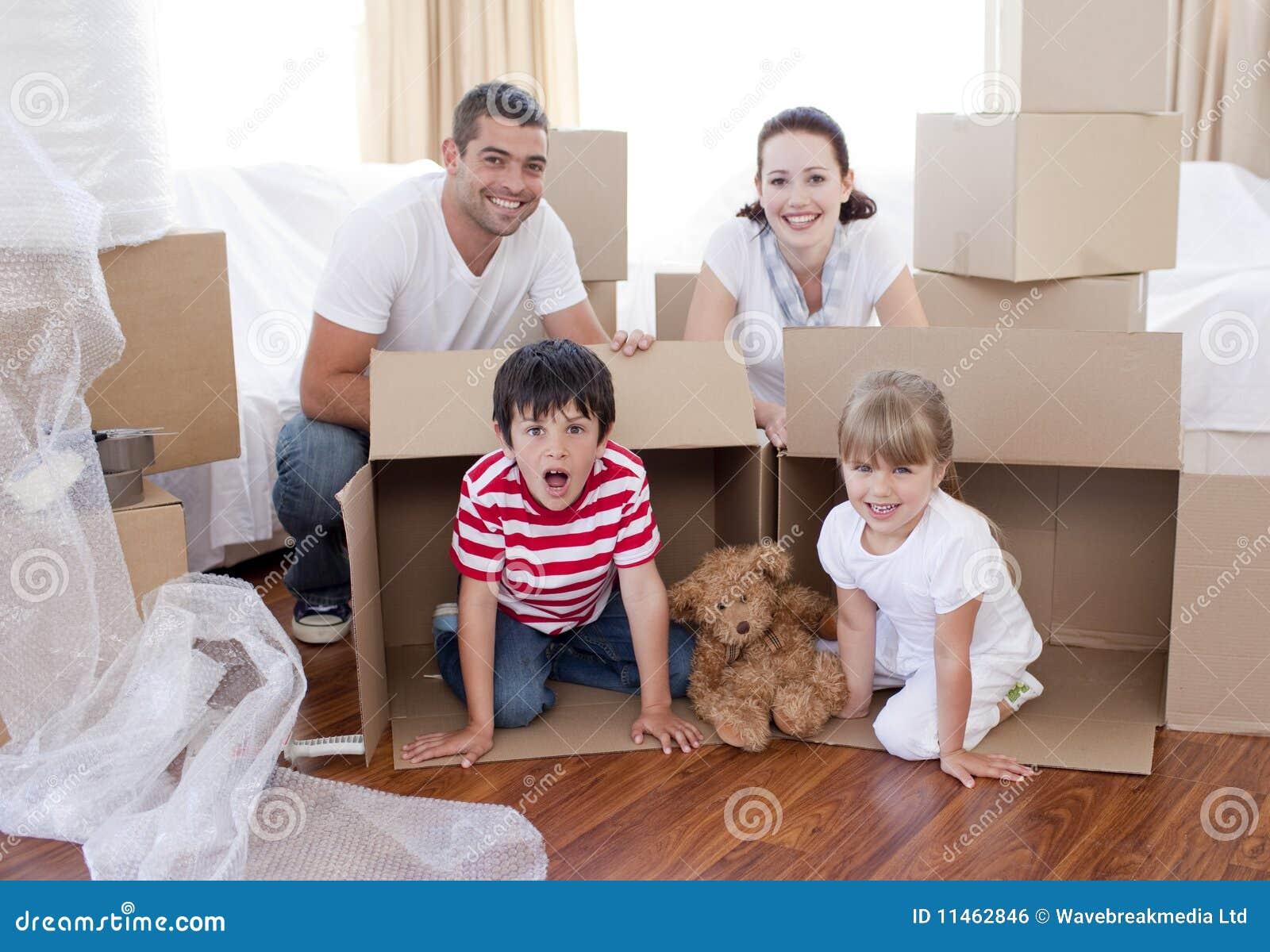 Casa commovente della famiglia con le caselle intorno