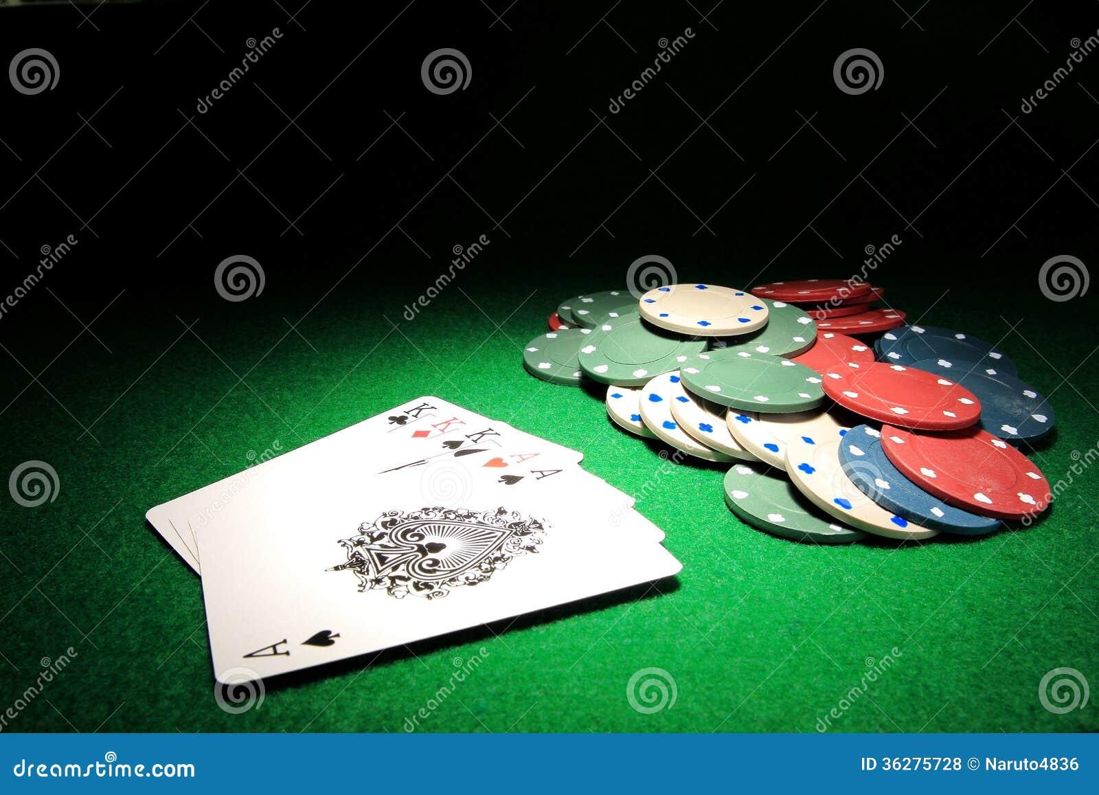 Casa completa K sobre cartões do pôquer dos áss