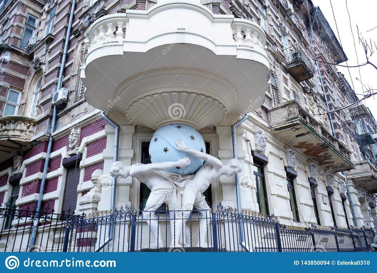 Casa con Atlantes en Odessa Ukraine Balc?n de la esquina favorable del monumento En 1899 a?o construido