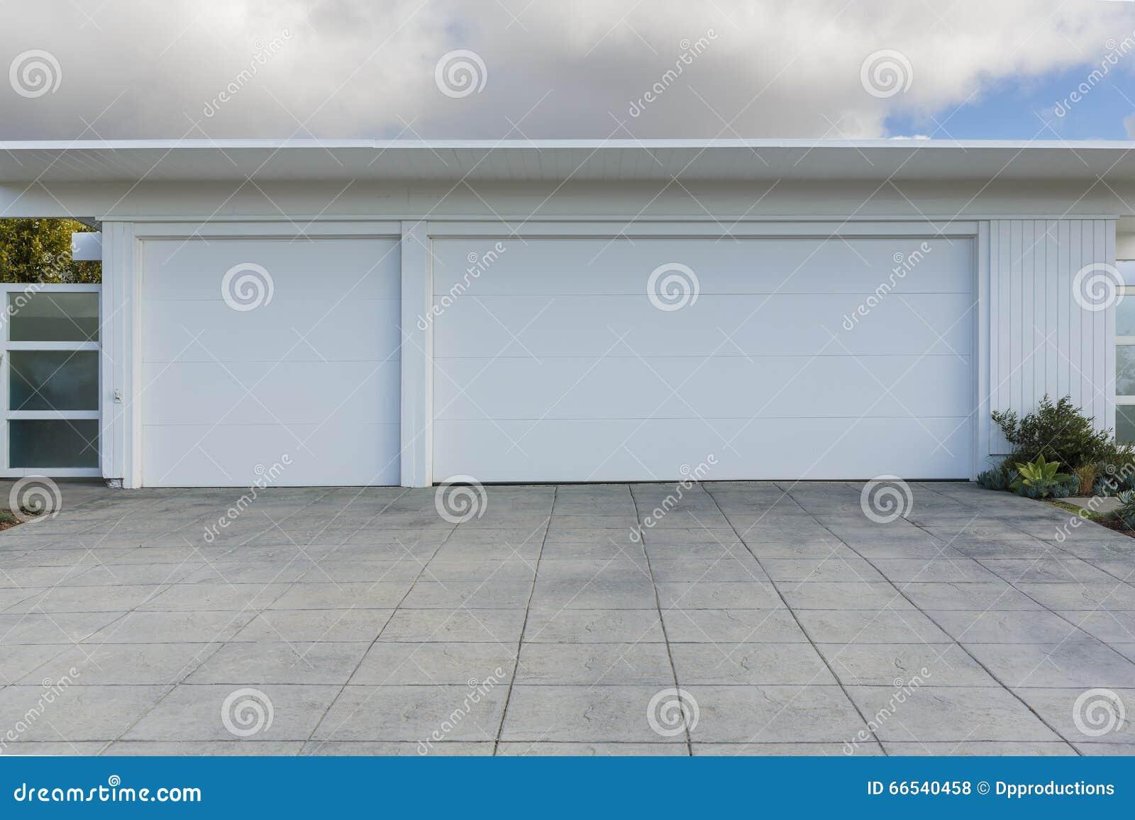 Casa con el garaje de 3 coches foto de archivo imagen de - Garaje de coches ...