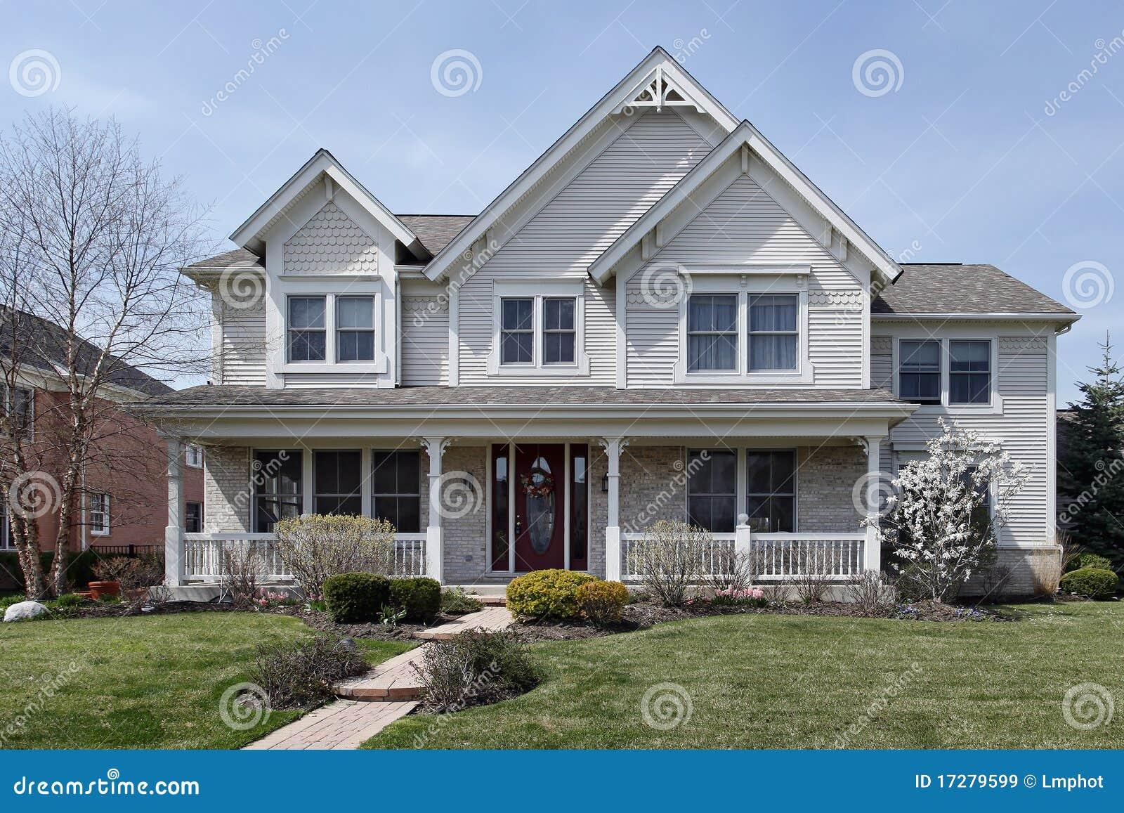 Casa con il portico di fronte immagine stock immagine di for Casa di costruzione in metallo con avvolgente portico