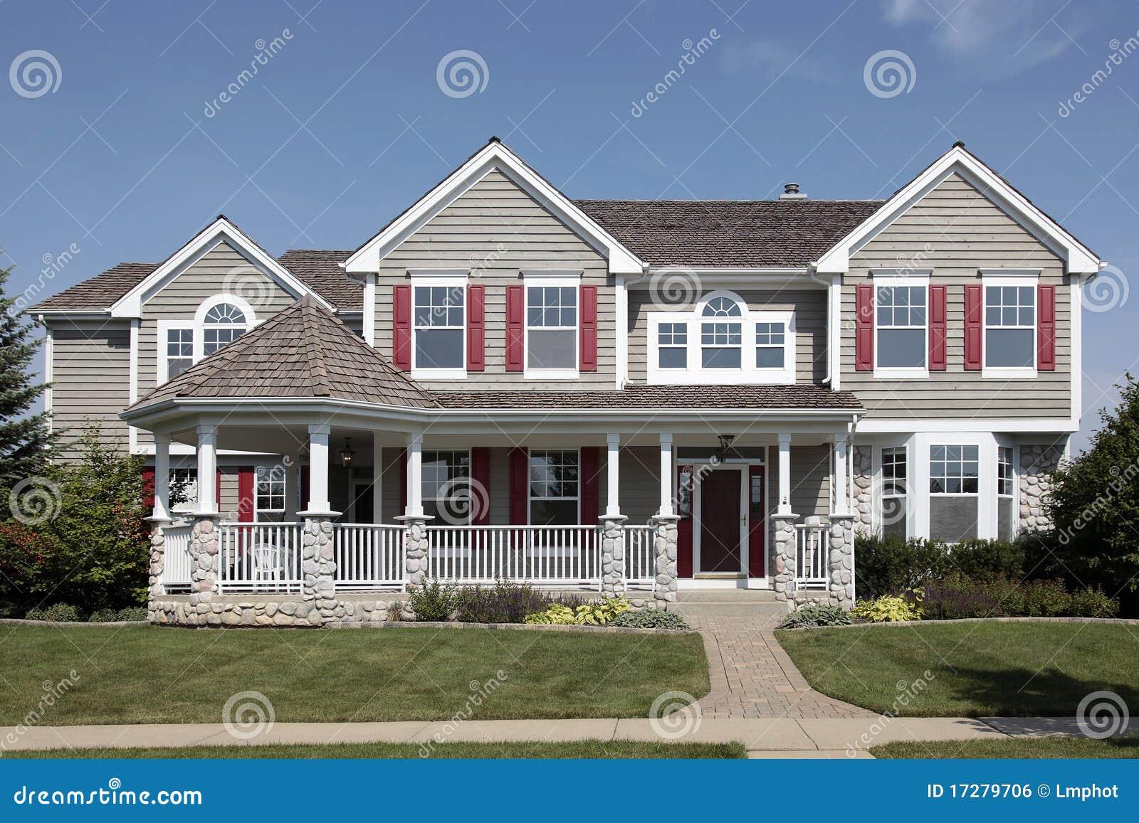 Casa con il portico di fronte fotografia stock immagine for Piccola casa con avvolgente portico