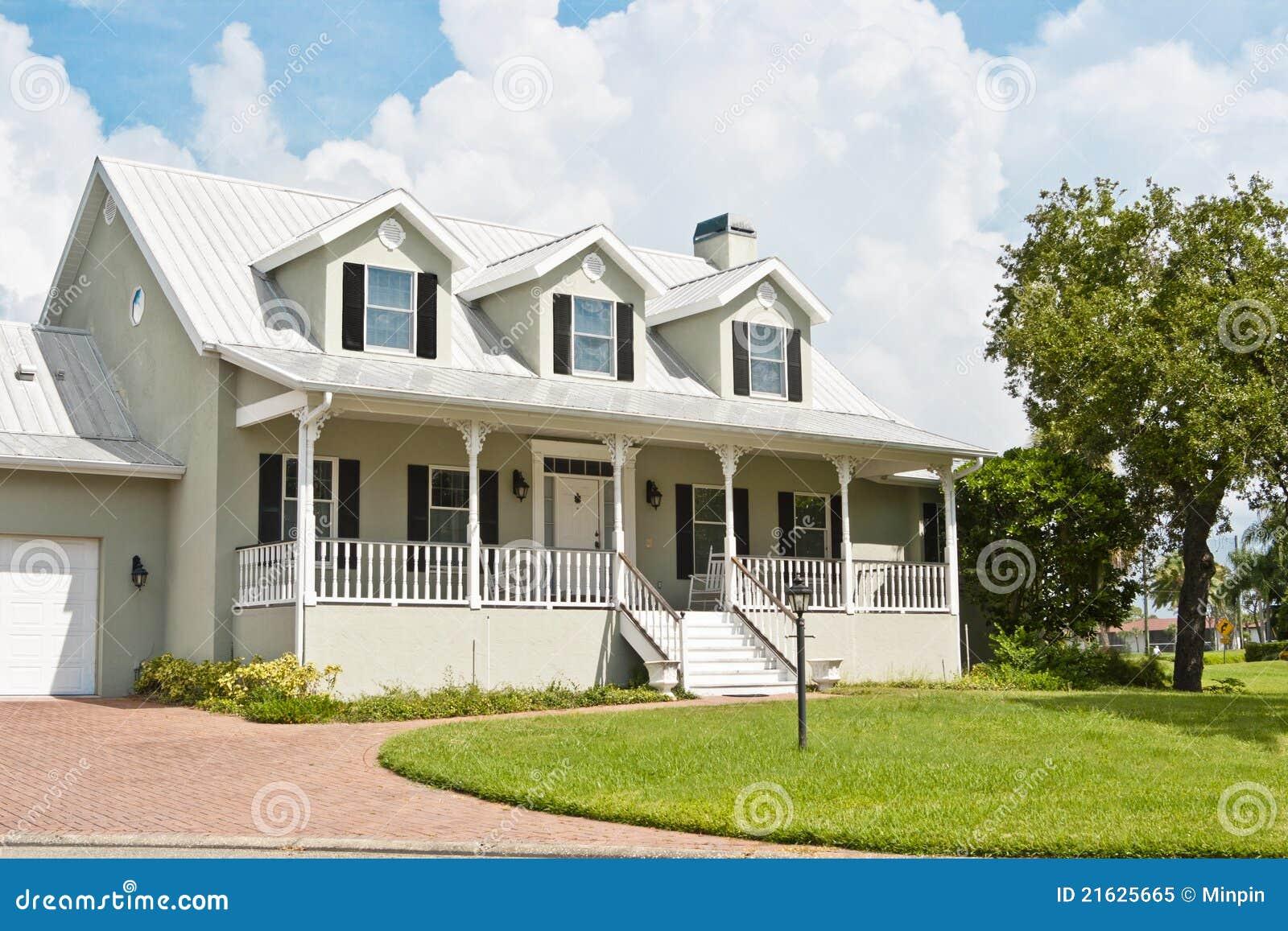 Casa con il portico ed il dormer windows immagine stock for Piccola casa con avvolgente portico