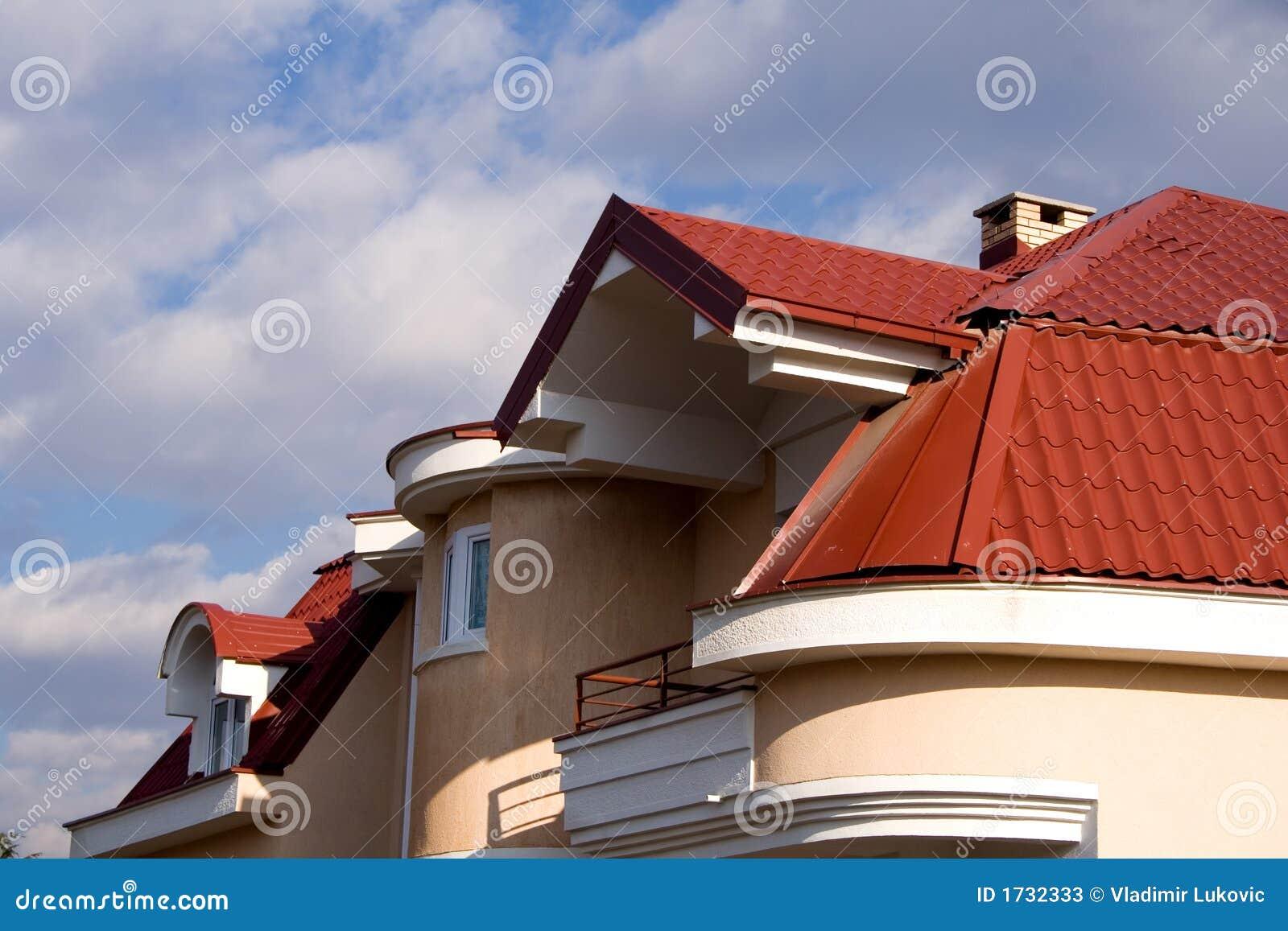 Casa con la azotea roja