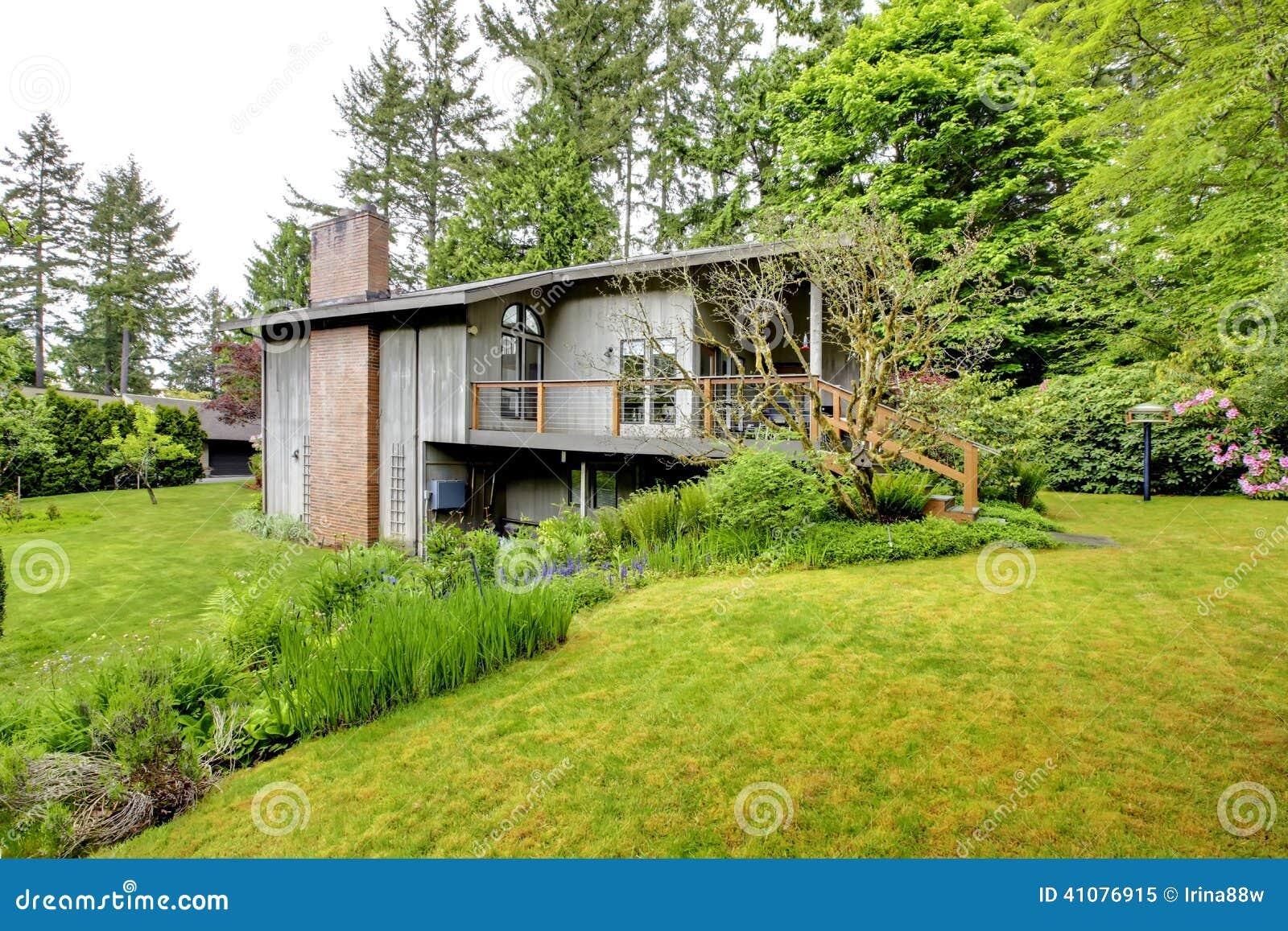 Casa con la chimenea del ladrillo foto de archivo imagen - La casa de la chimenea ...