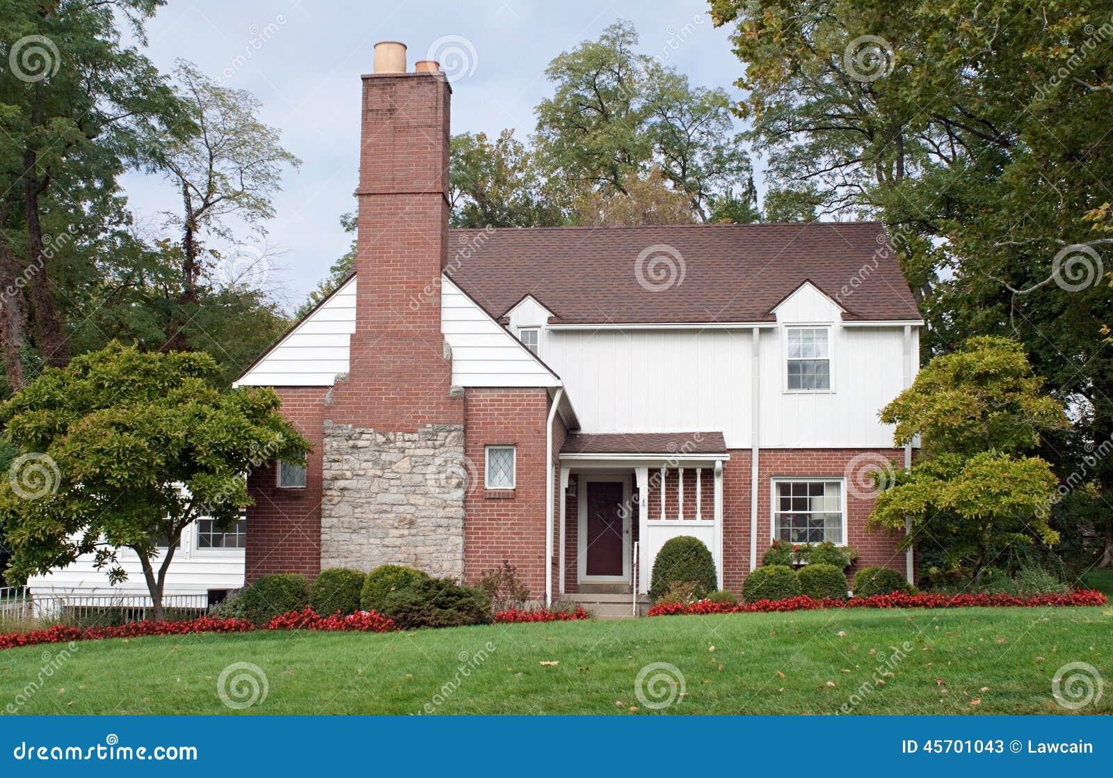 Casa con la chimenea grande de la chimenea foto de archivo - La casa de la chimenea ...