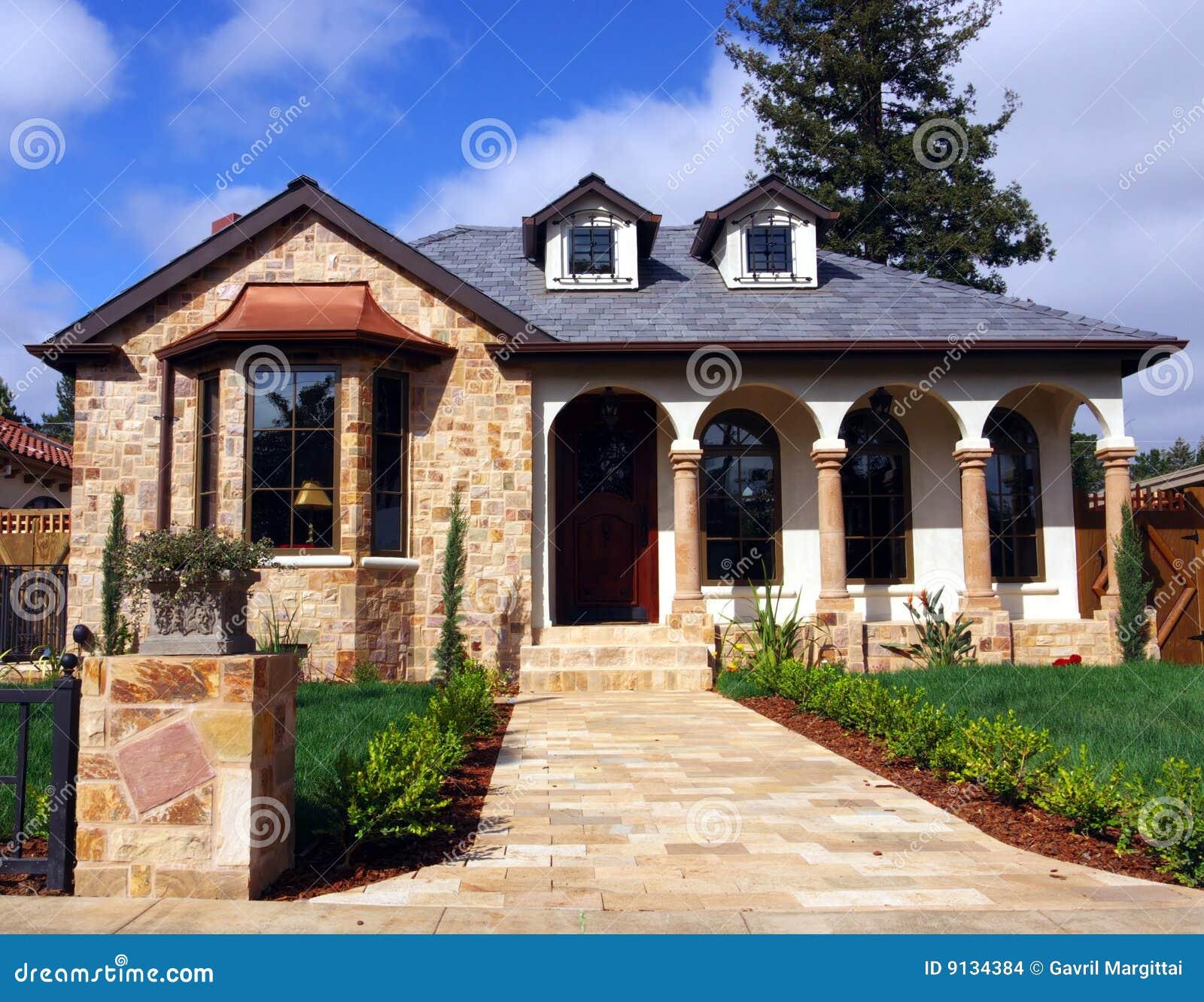 Casa con la fachada de piedra foto de archivo imagen de for Fachada de casas modernas con piedras
