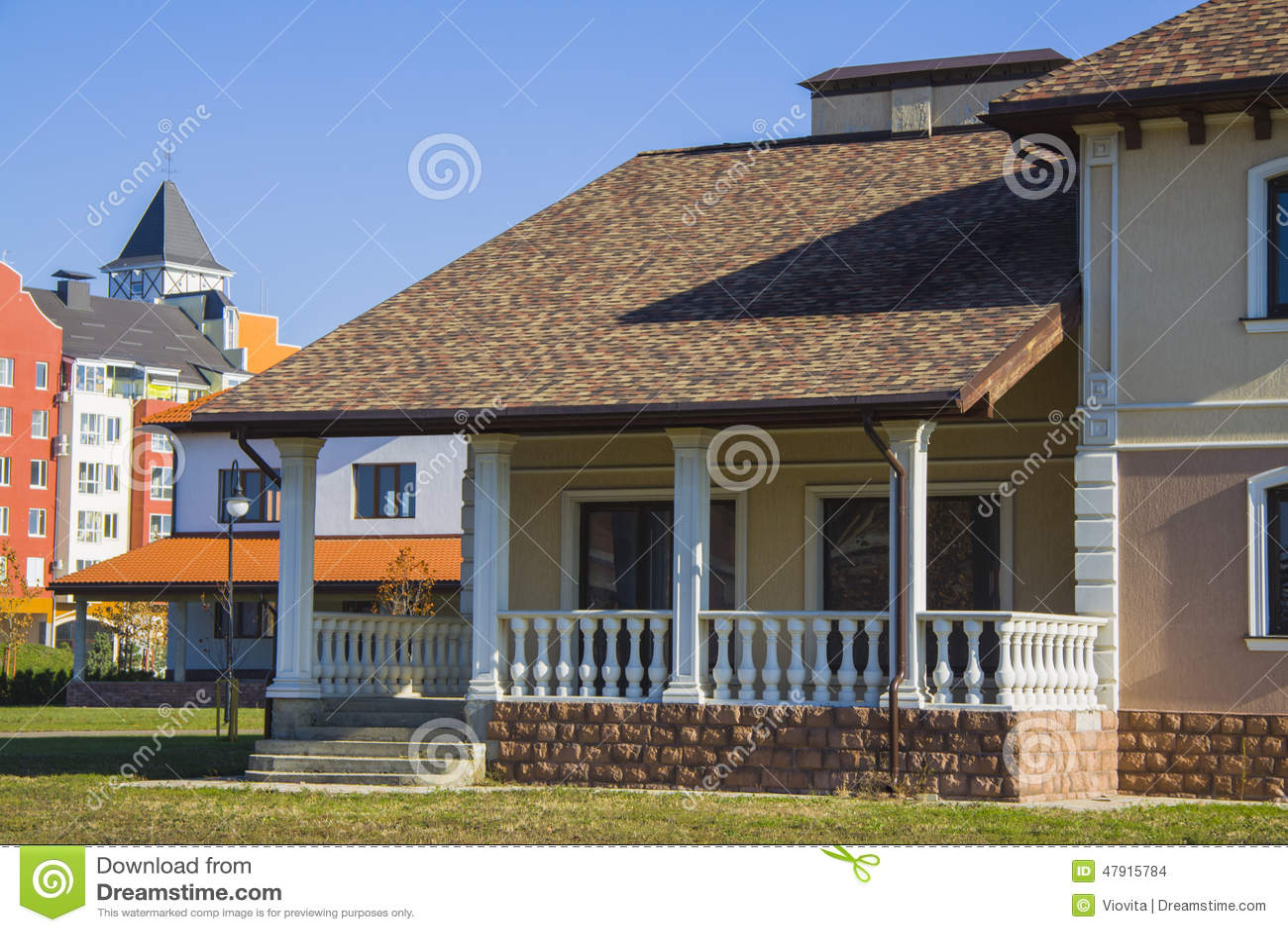 Casa Con La Terraza Hermosa Foto De Archivo Imagen De