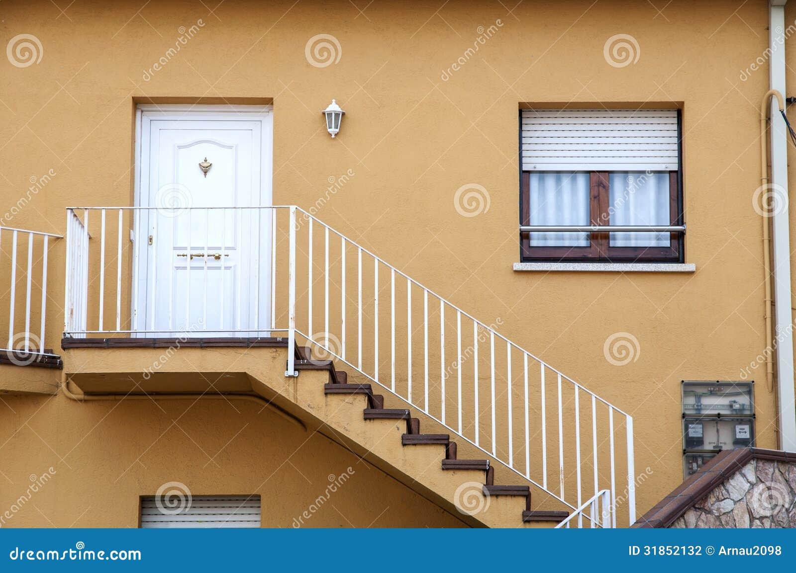 Casa con las escaleras fotograf a de archivo imagen for Escaleras por fuera de la casa