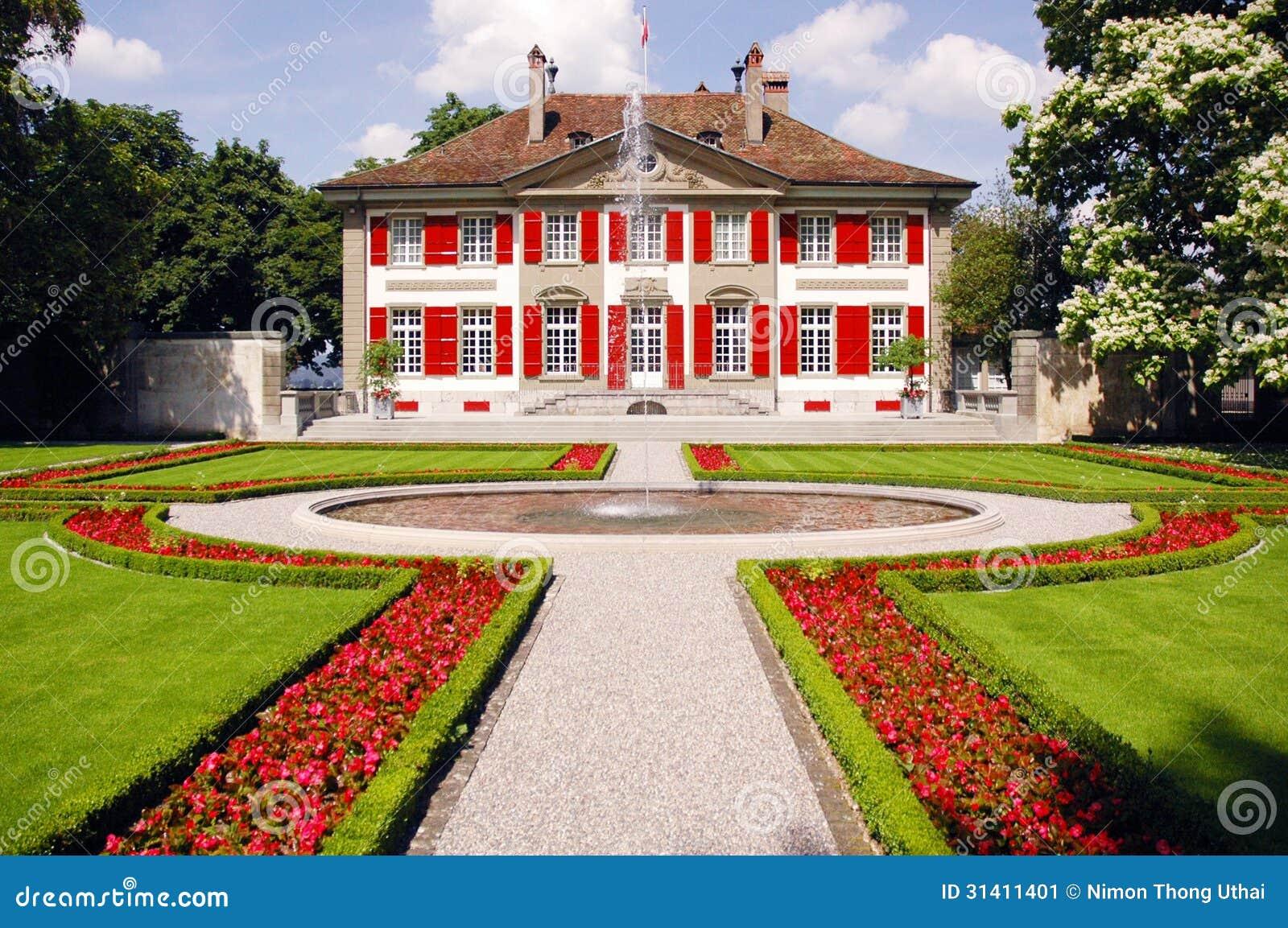 Casa con las fuentes y los jardines imagen de archivo - Jardines con fuentes ...
