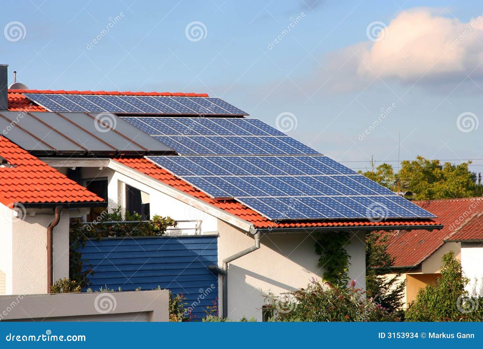 Casa con los paneles solares en foto de archivo imagen de innovador econ mico 3153934 - Paneles solares para abastecer una casa ...