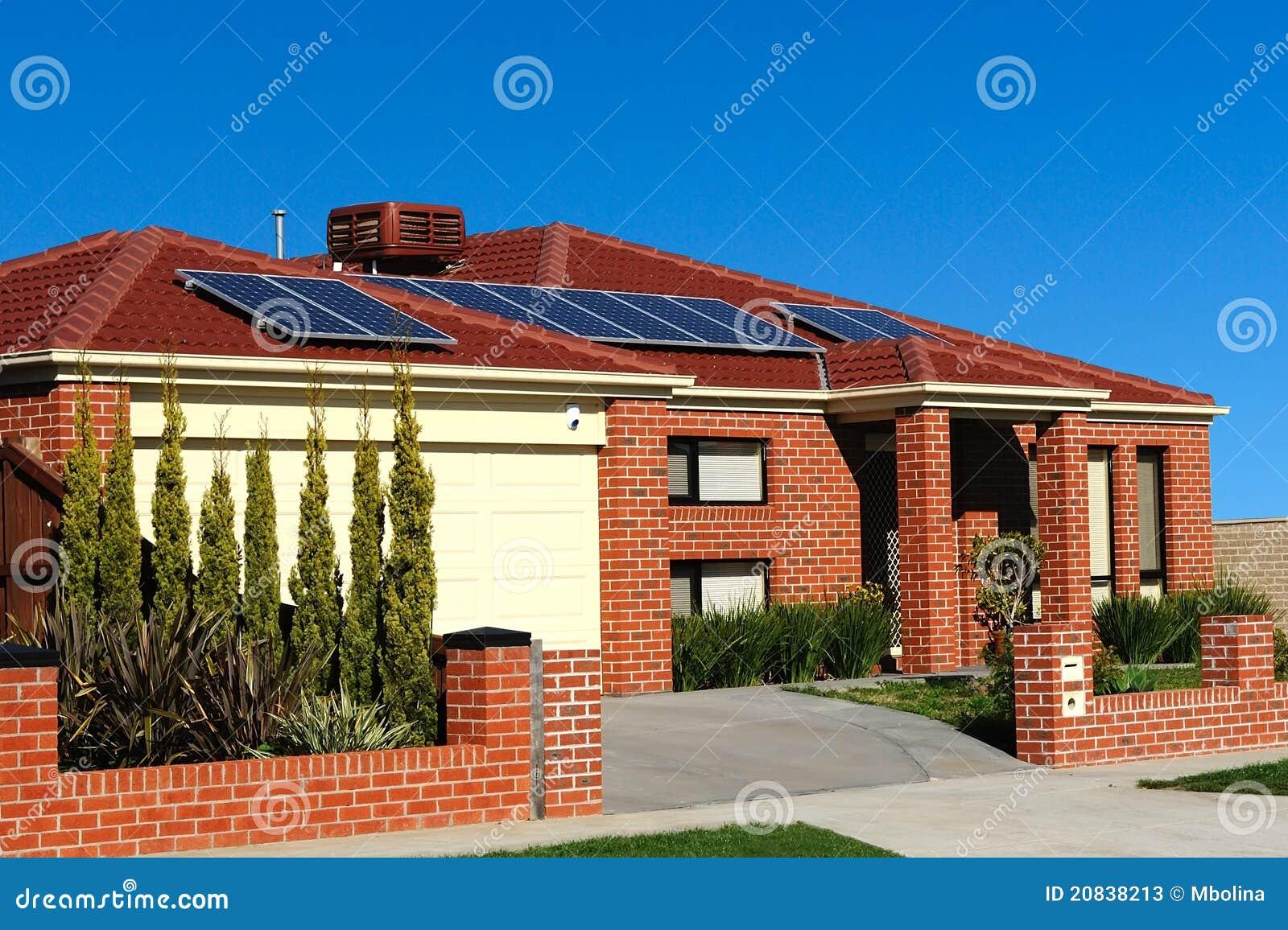 Casa con los paneles solares en la azotea imagen de - Paneles solares para abastecer una casa ...