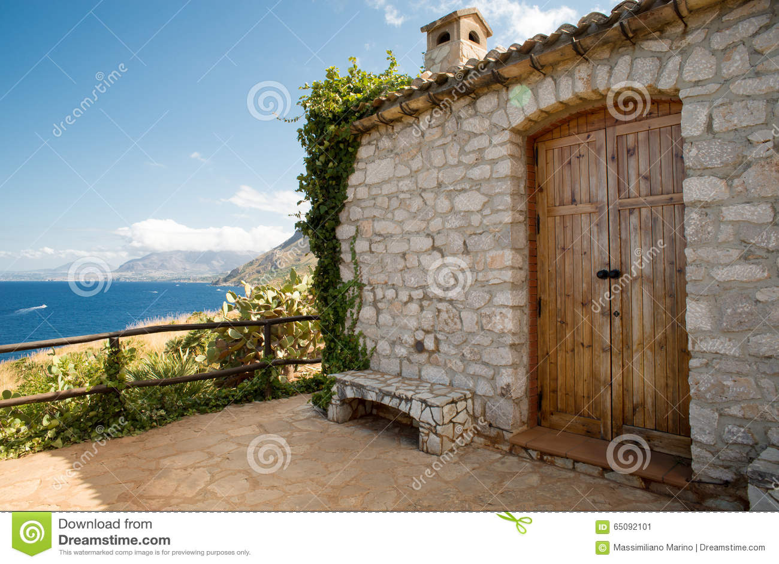 Casa Con Mattoni A Vista Dal Mare In Sicilia Fotografia Stock - Immagine: 650...