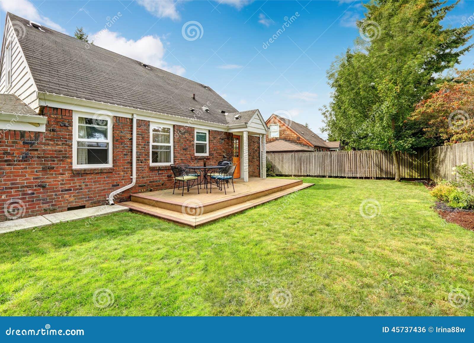 Casa con mattoni a vista esteriore con la piattaforma di for Casa a forma di u con cortile