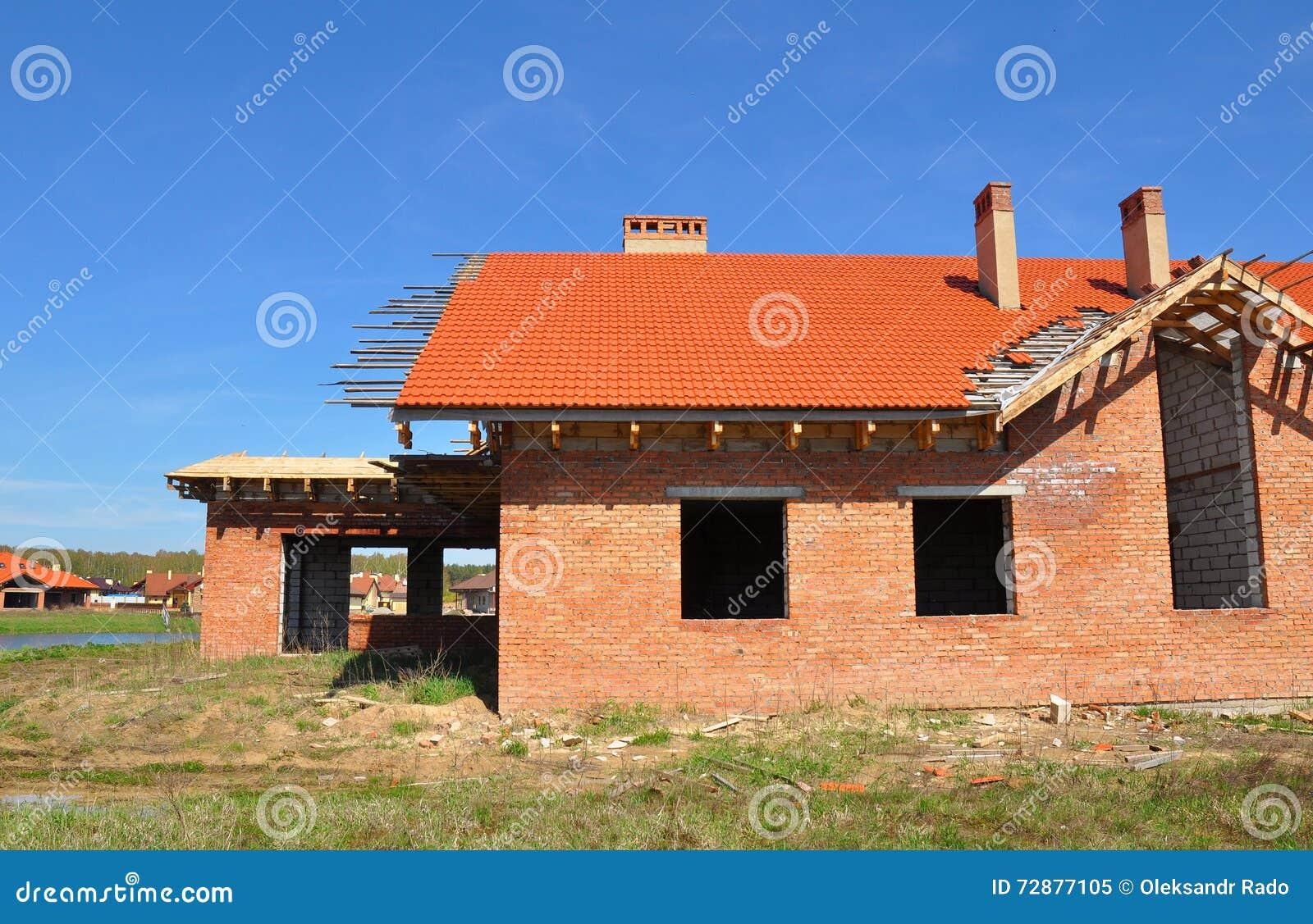Casa con mattoni a vista nuova di costruzione con le piastrelle di