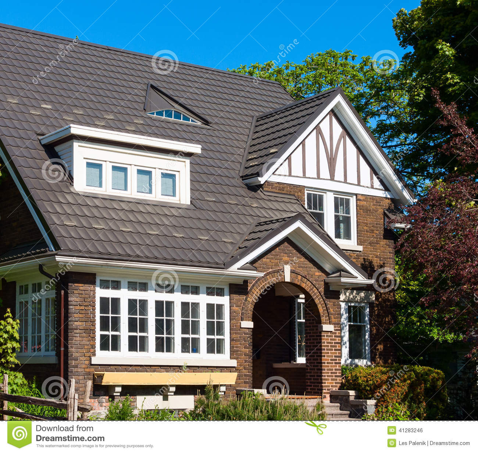 Casa con mattoni a vista scura con un 39 entrata dell 39 arco for Costi di costruzione casa di mattoni