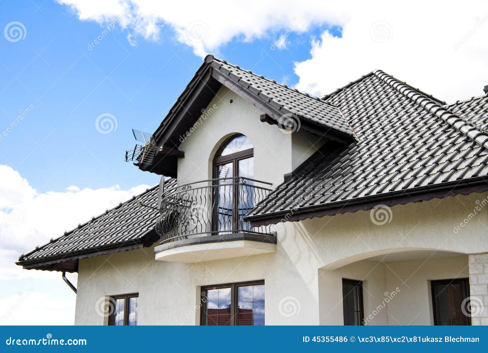 Casa con un tejado moderno foto de archivo imagen de pa s - Tipos de tejados para casas ...