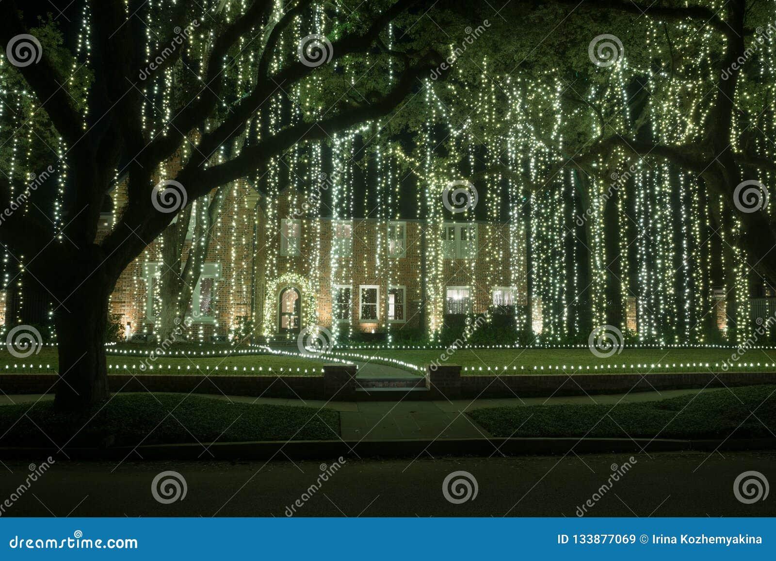 Casa con una cortina de guirnaldas ligeras Decoración de la Navidad Invierno