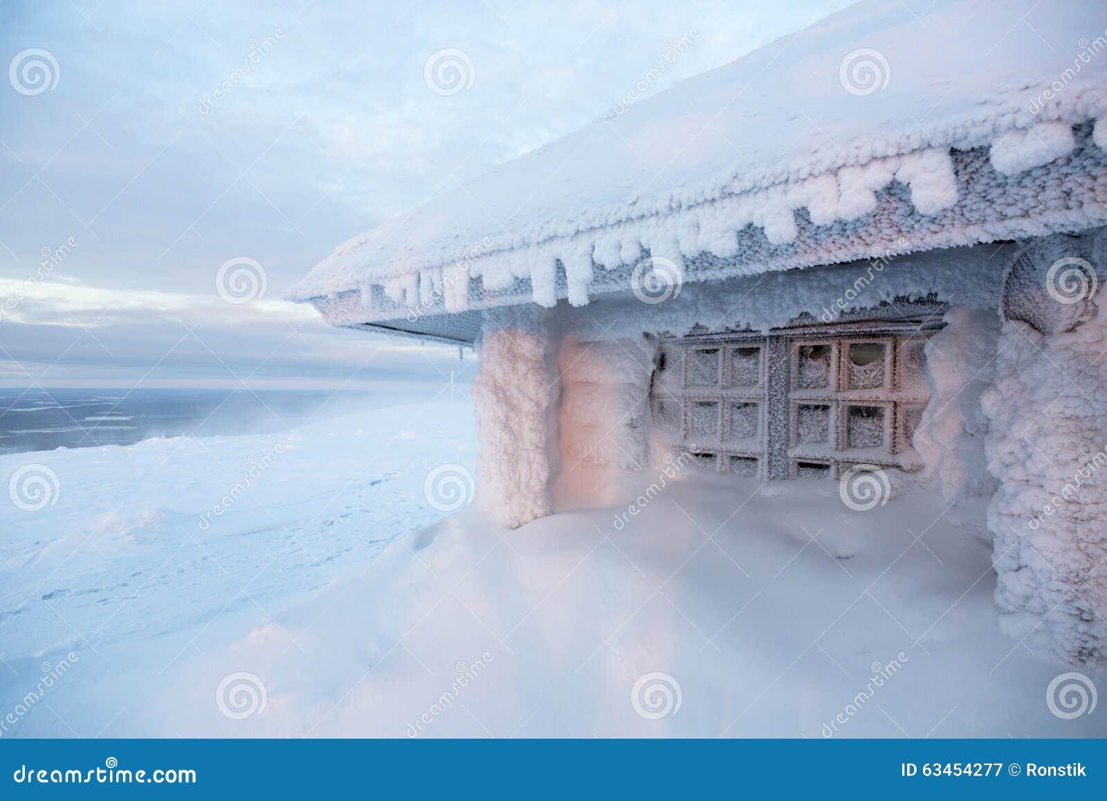 Casa congelata in Finlandia dietro il cerchio polare