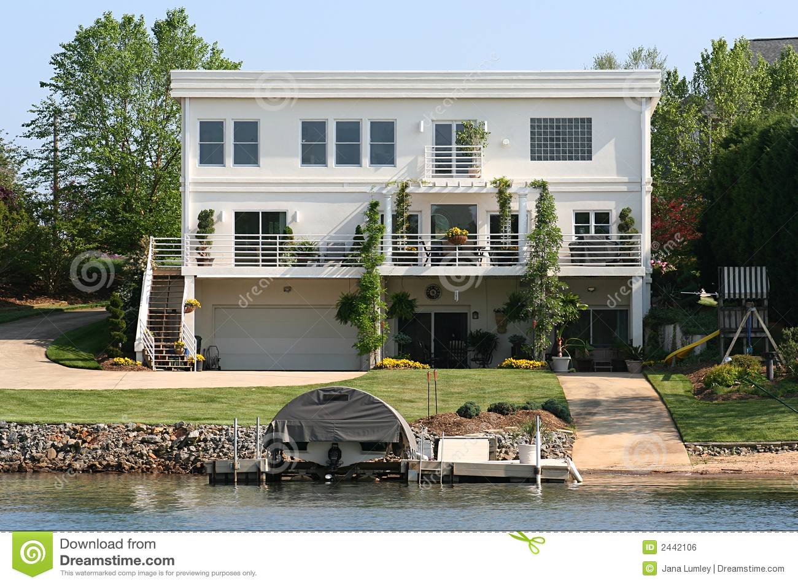 Casa contemporanea del lago immagine stock libera da for Casa coloniale americana