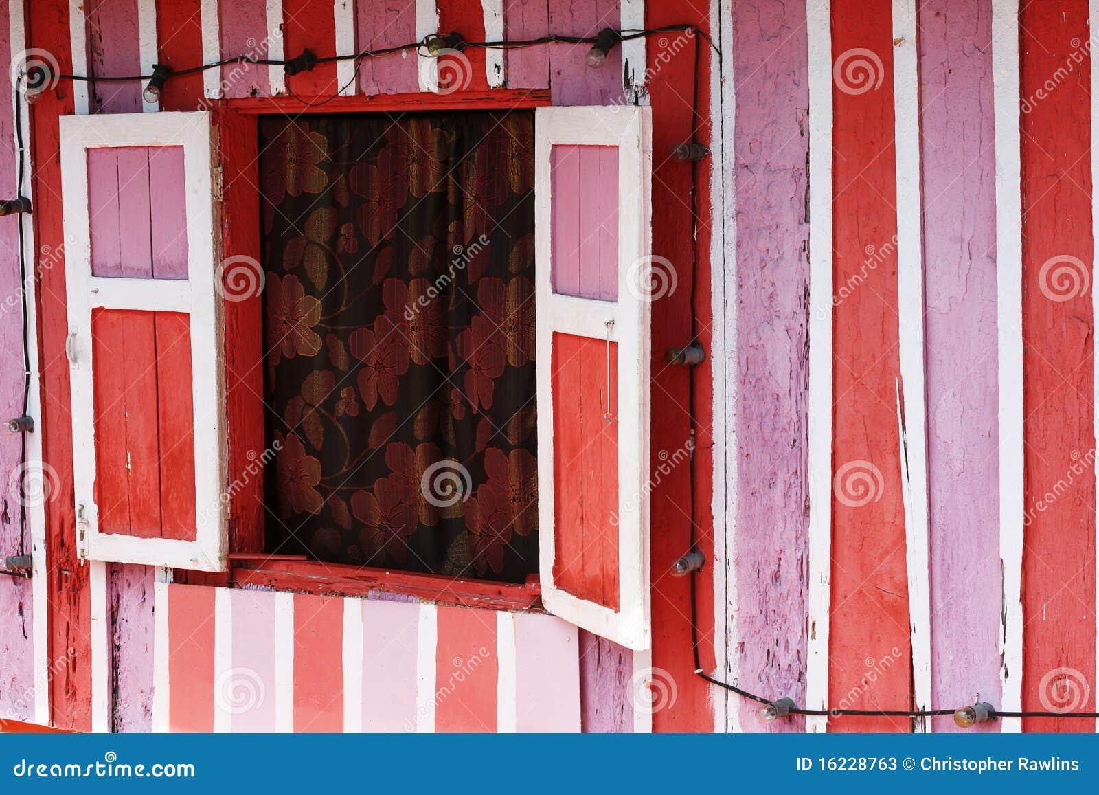 Casa cor-de-rosa, vermelha e branca