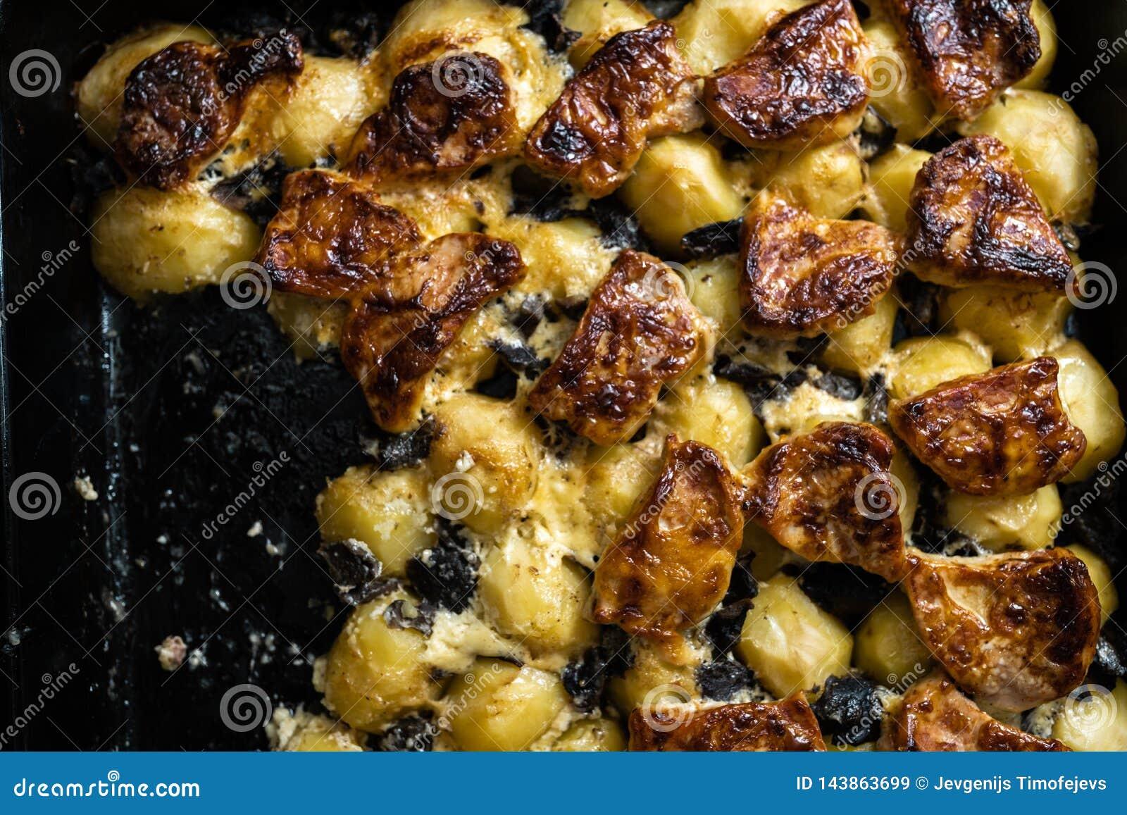 A casa cozeu batatas com carne e cogumelos de carne de porco - alimento e bens reais do fazendeiro da floresta