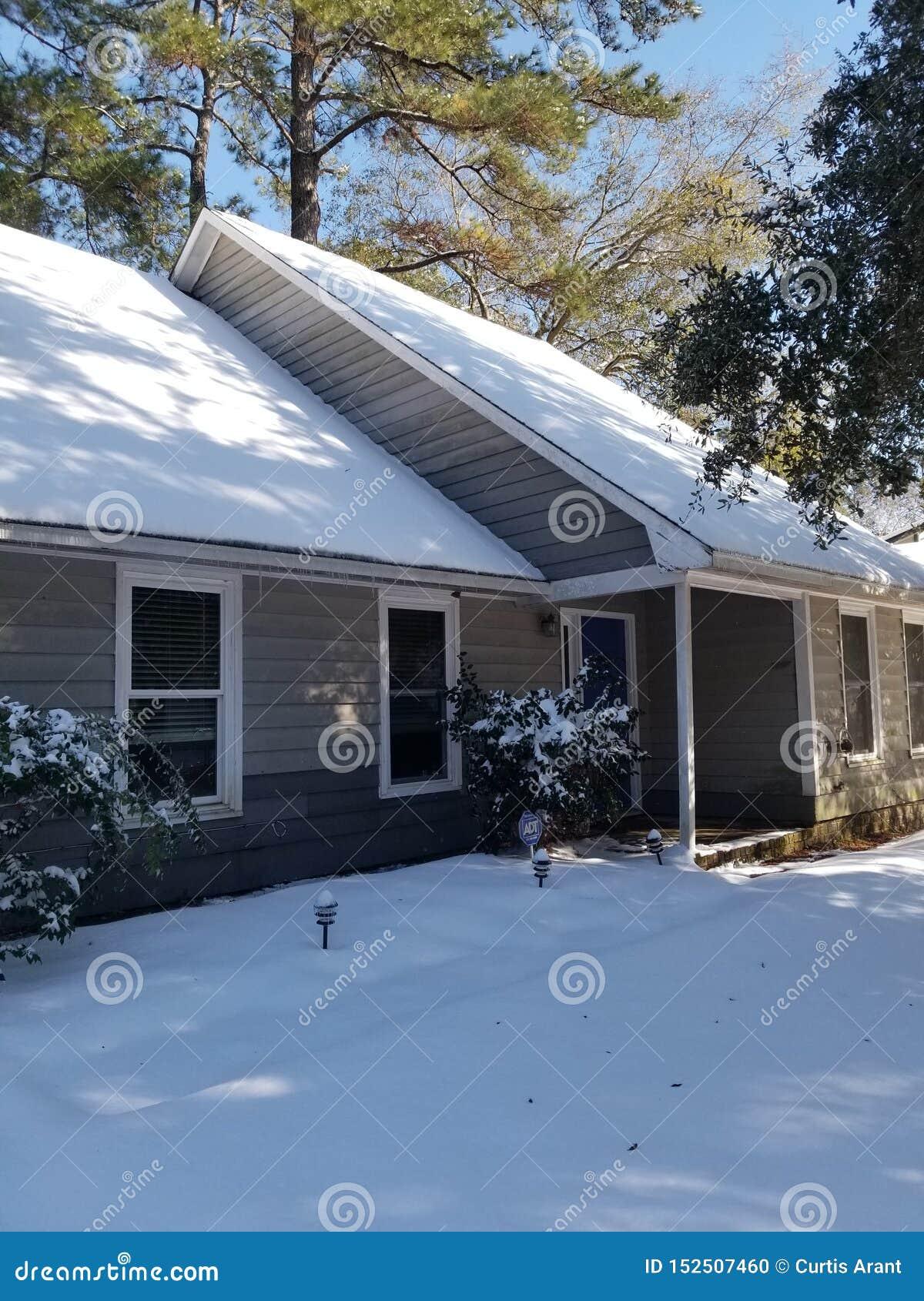 Casa cubierta en nieve