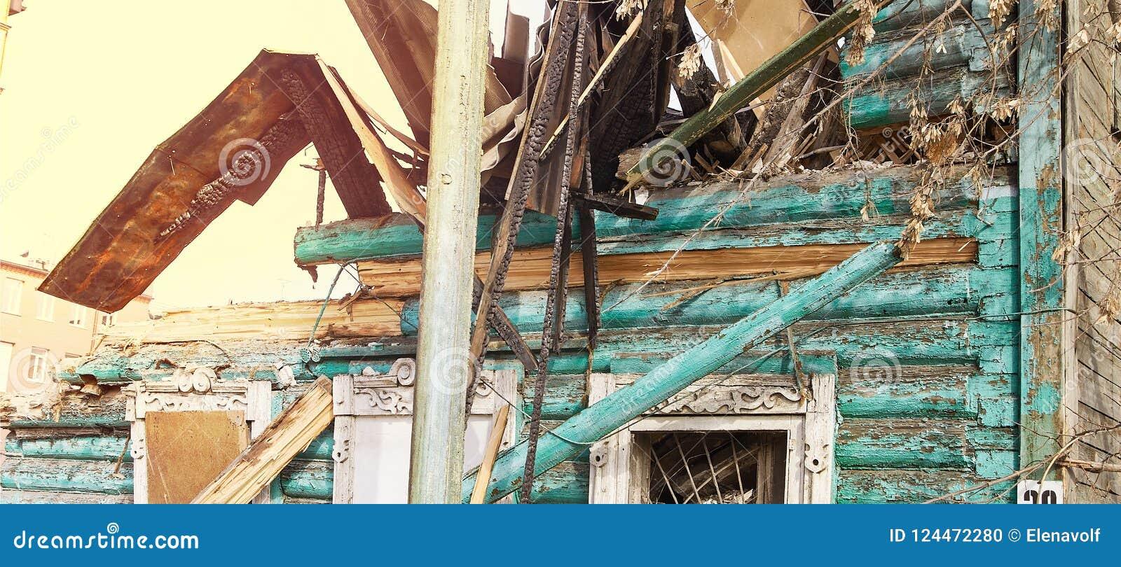Casa da demolição usando a máquina escavadora na cidade Reconstruindo o processo Remova o equipamento
