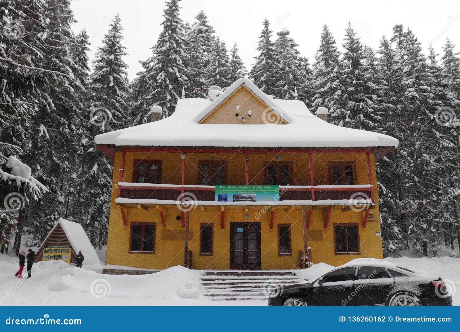 A casa da guarda florestal nas montanhas Lago Synevir
