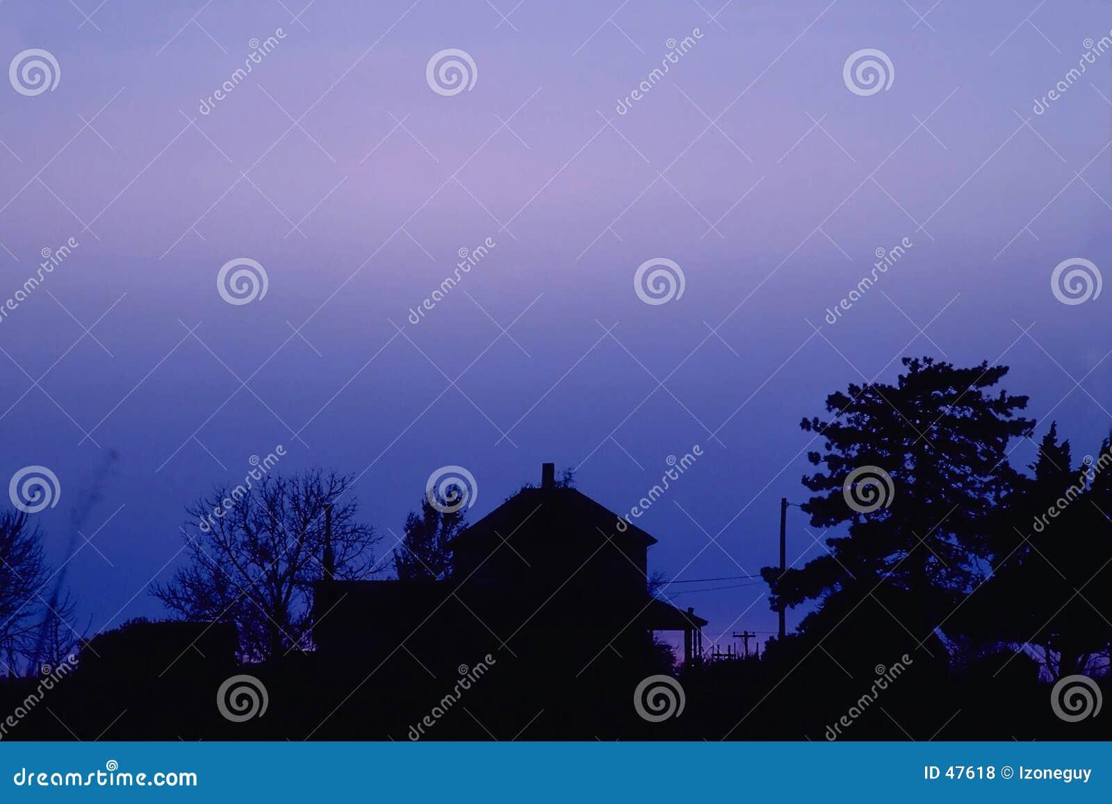 Casa da quinta no crepúsculo