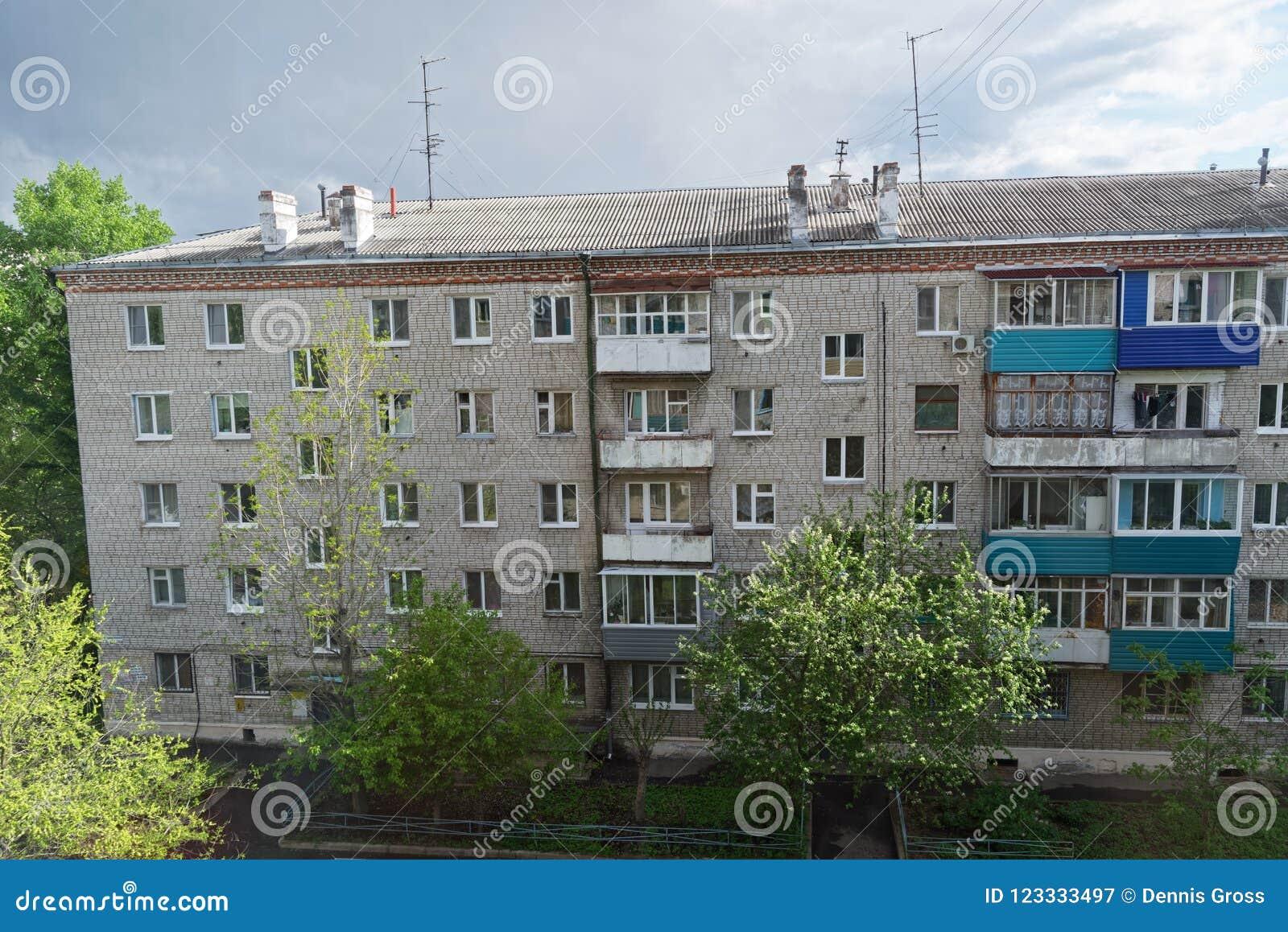 Casa de apartamento velha contra o céu nebuloso Komsomolsk-em-Amure, Rússia