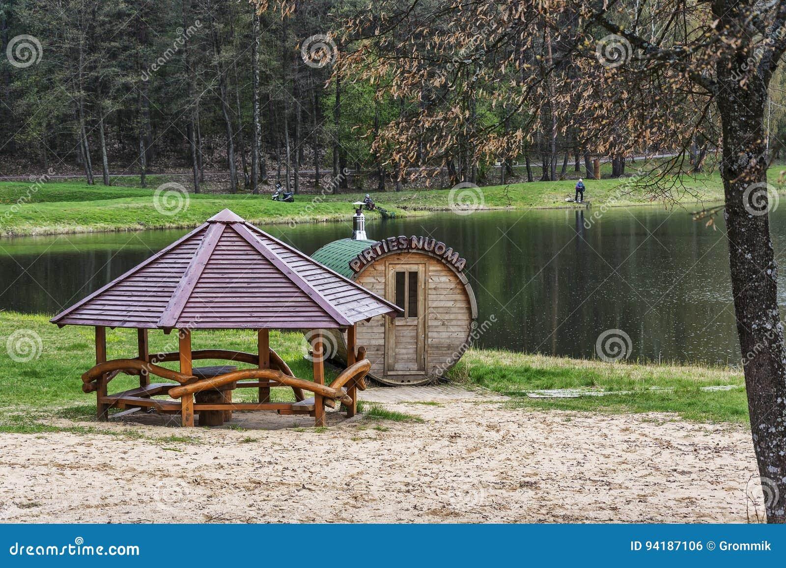 Banos Lago.Casa De Banos Y Gazebo En La Orilla Cerca Del Lago Del
