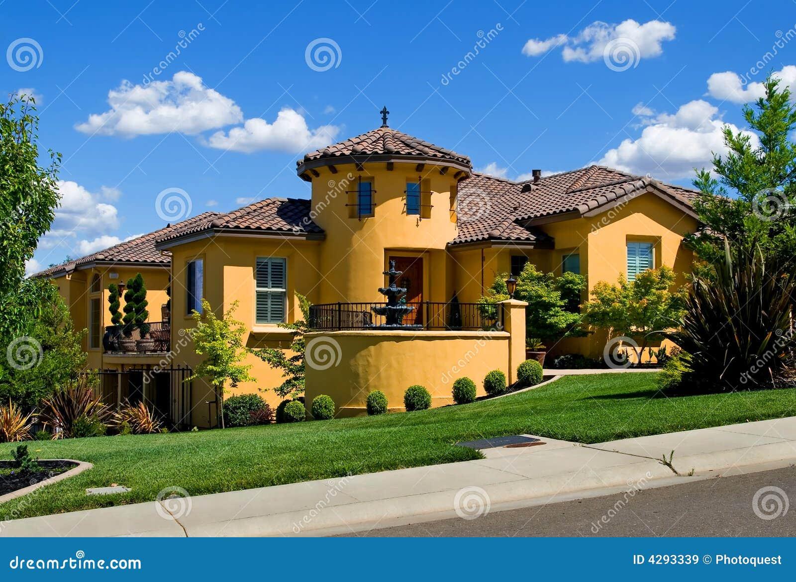 Casa de campo amarela bonita imagens de stock royalty free - Fotos de casa de campo ...