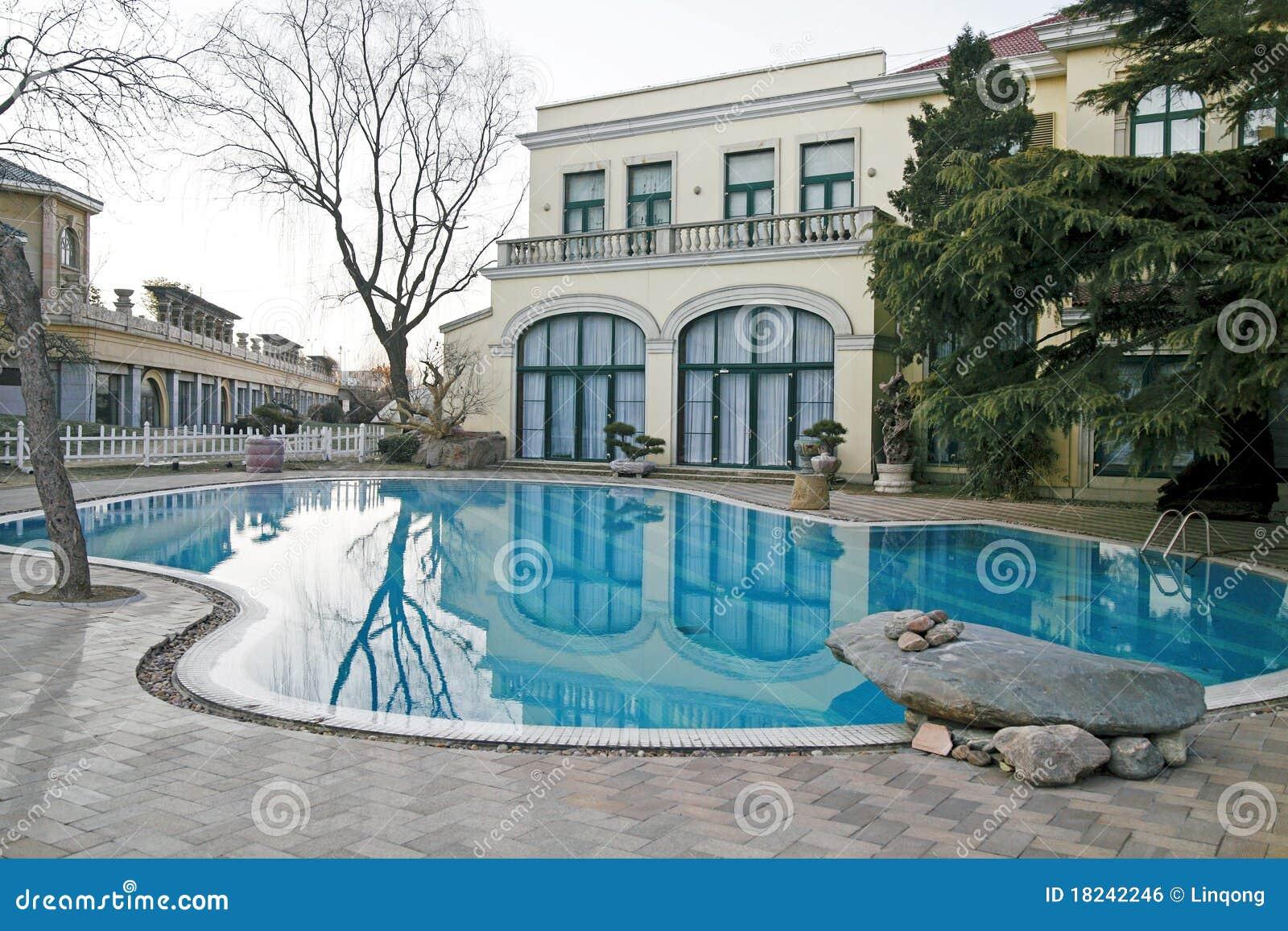 Casa de campo com piscina imagem de stock royalty free for Piscinas para casas de campo