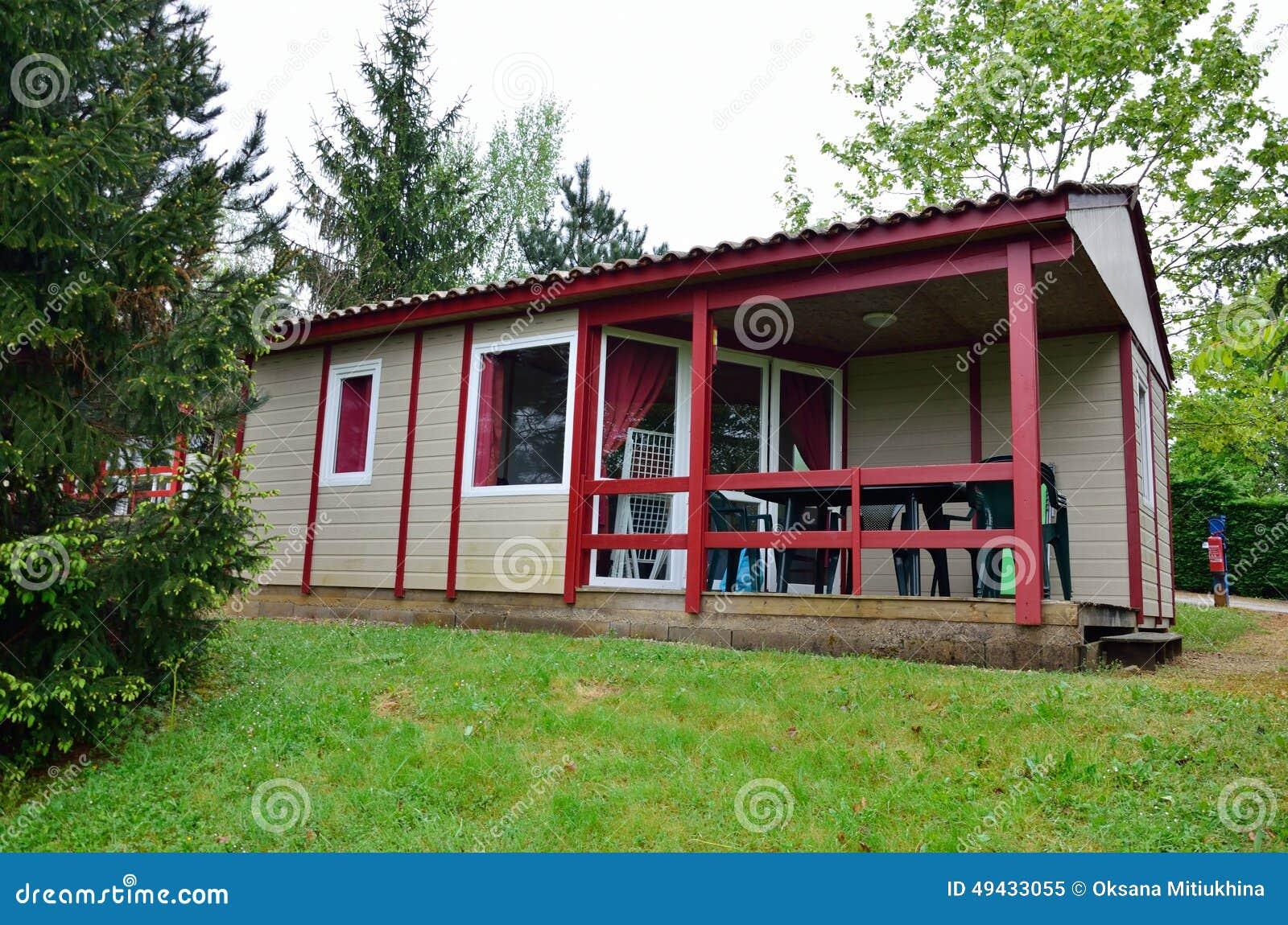 Casa de campo de acampamento no gramado verde foto de - Casas de campo baratas ...