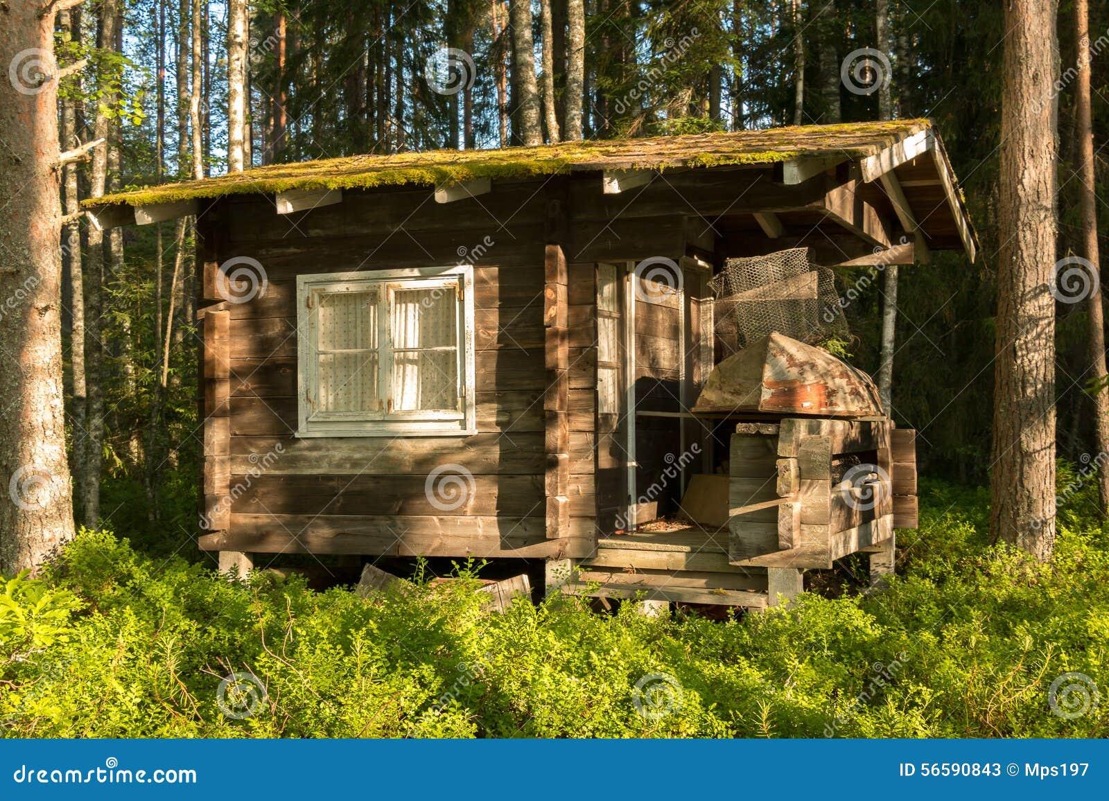 Casa de campo de madeira pequena na floresta foto de stock imagem 56590843 - Casas de campo pequenas ...