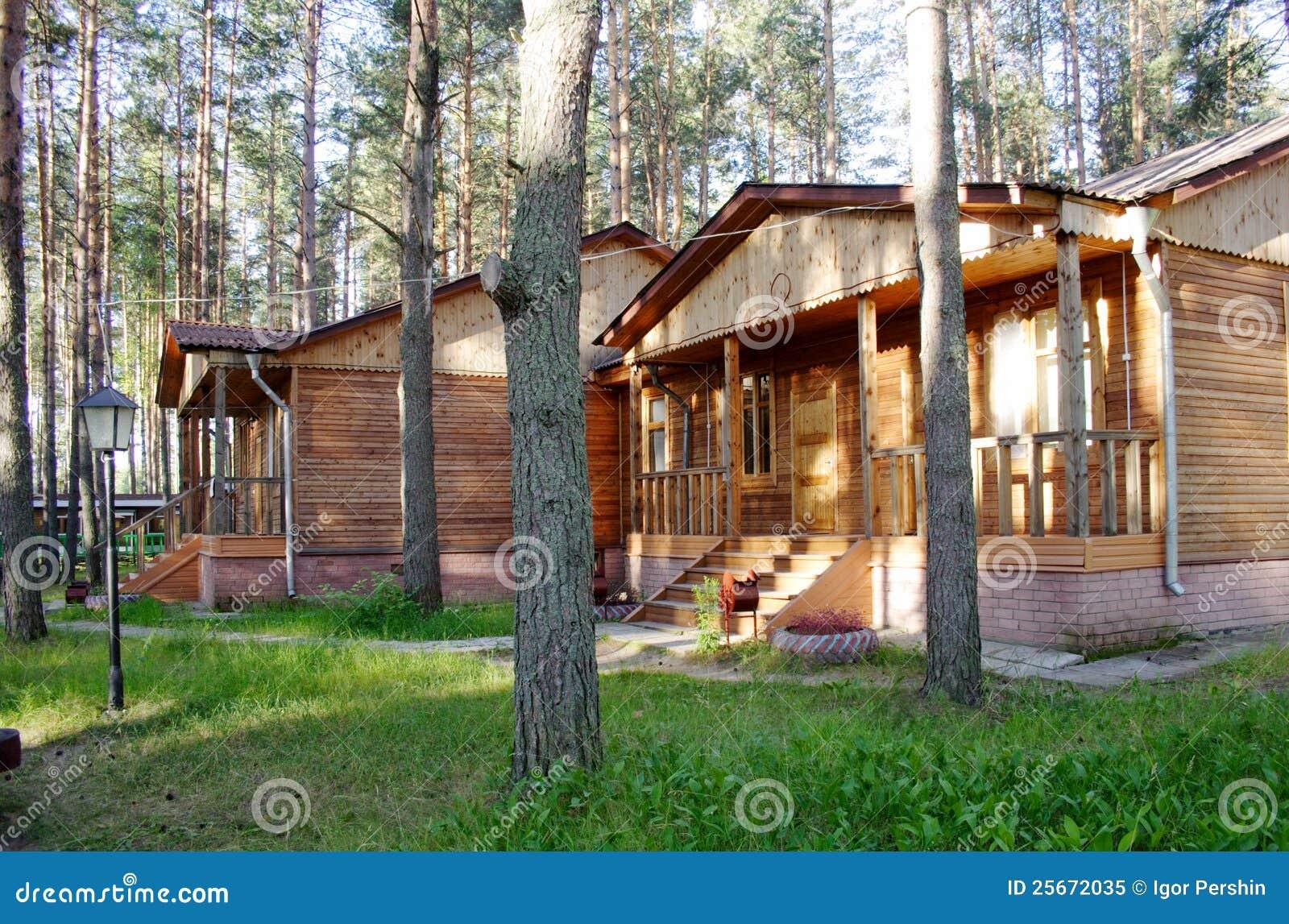 Casa de campo de madera foto de archivo libre de regal as - Casas de campo madera ...