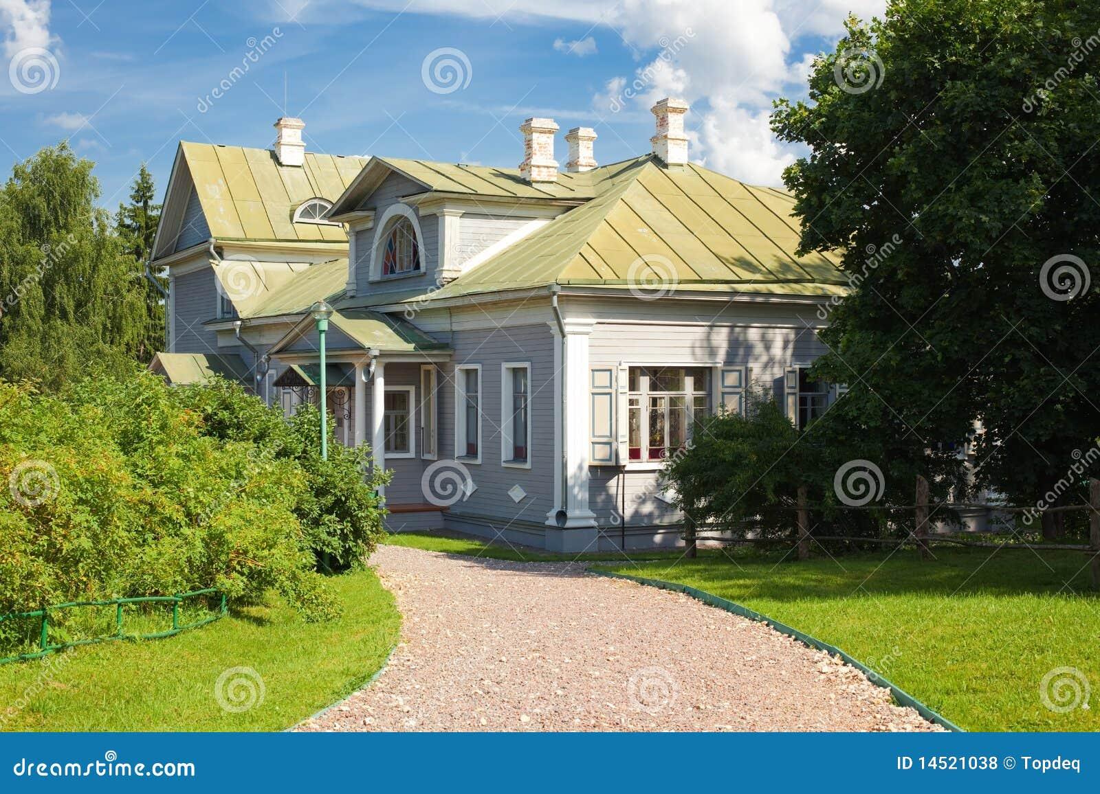 Casa de campo de madera con el jard n delantero fotos de for Casas de madera para el jardin
