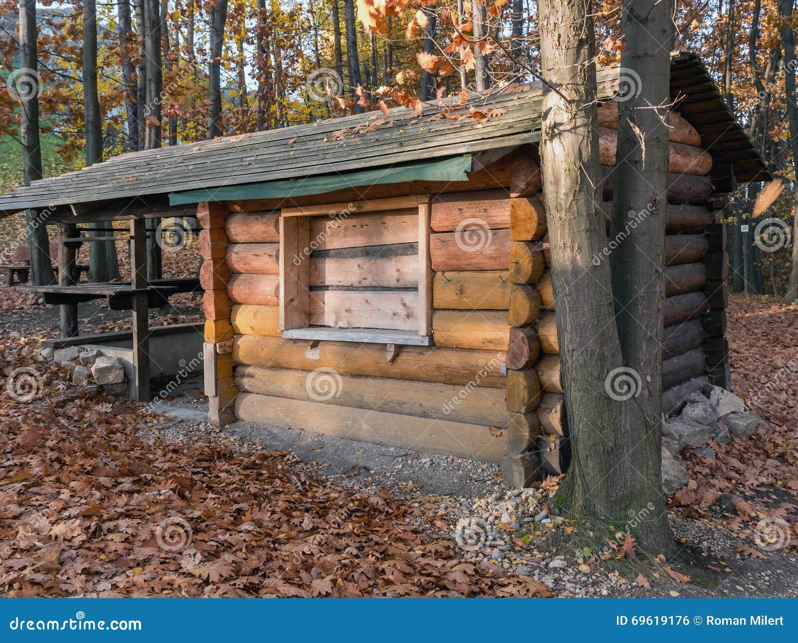Casa de campo de madera en el bosque foto de archivo - Casas de campo madera ...