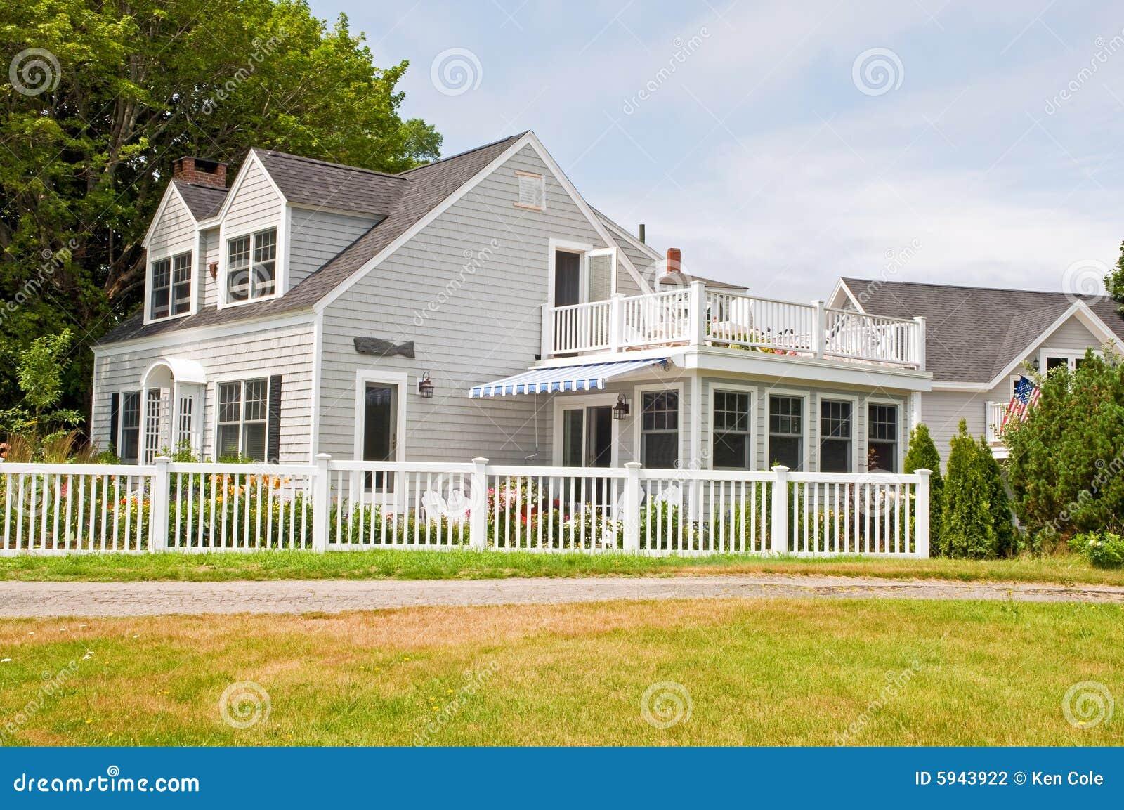 Casa de campo do verão com cerca