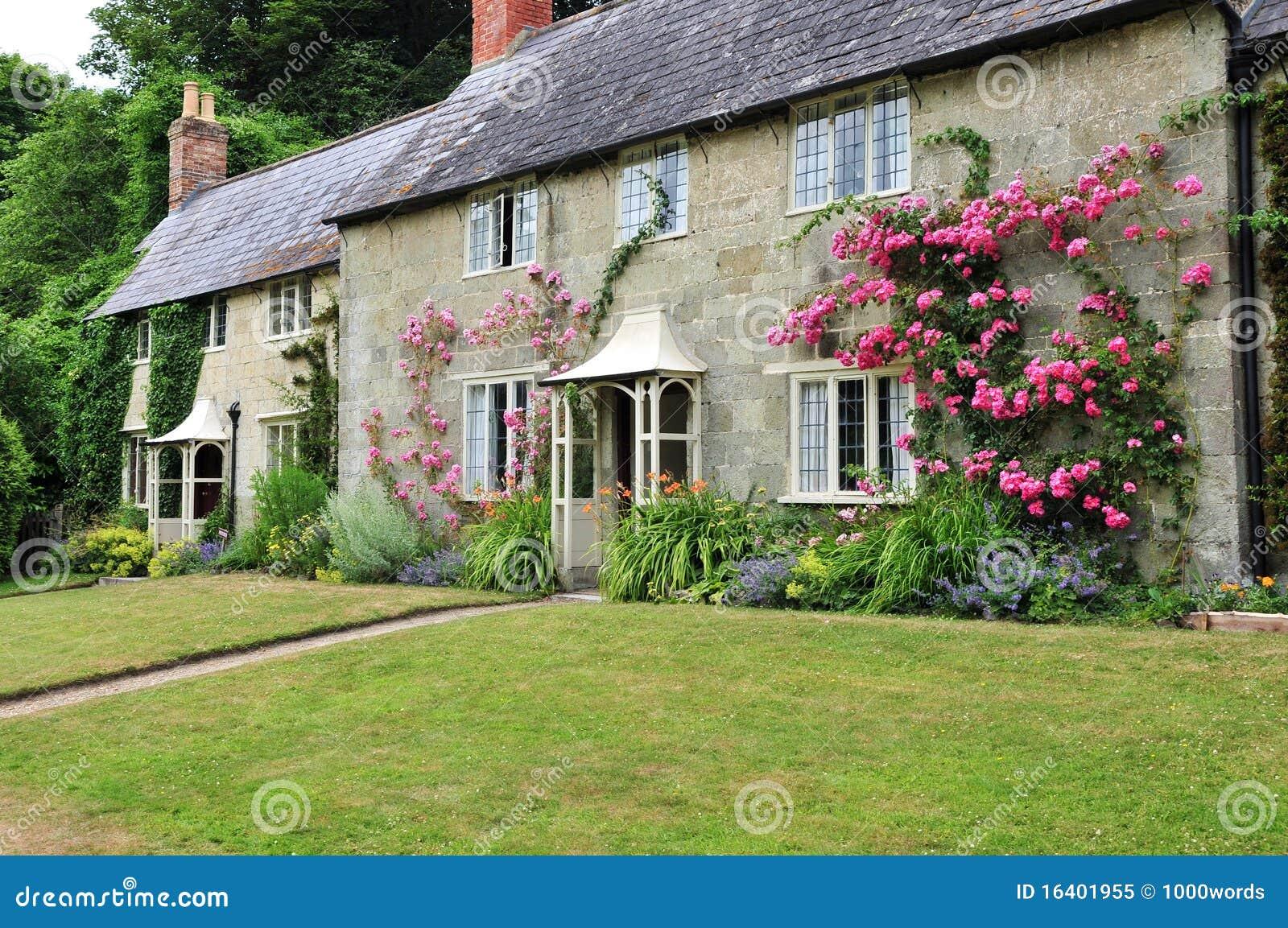 Casa de campo e jardim rurais foto de stock royalty free for Cottage e casa