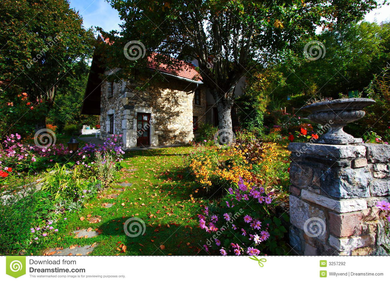 Casa de campo hermosa foto de archivo imagen de pa s - Jardines en casas de campo ...