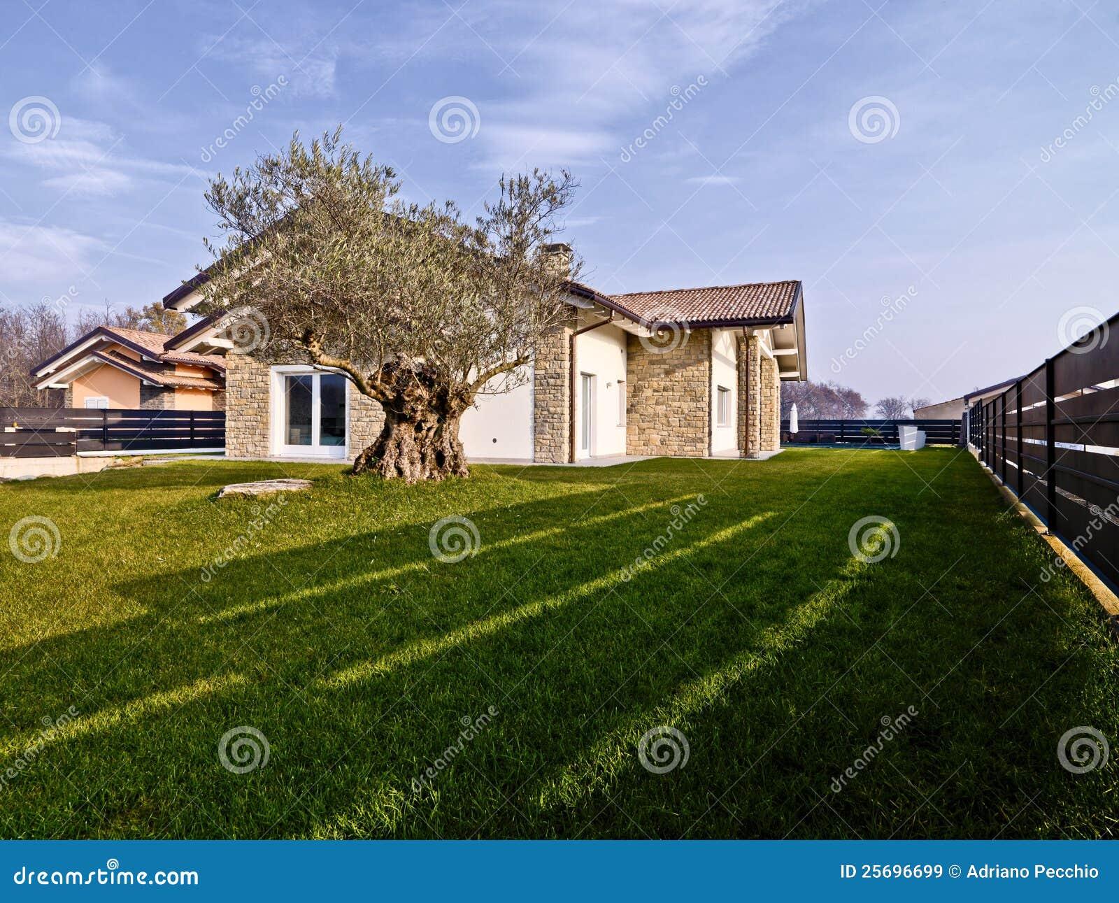 Casa de campo moderna com paredes de pedra imagens de - Casas de campo modernas ...