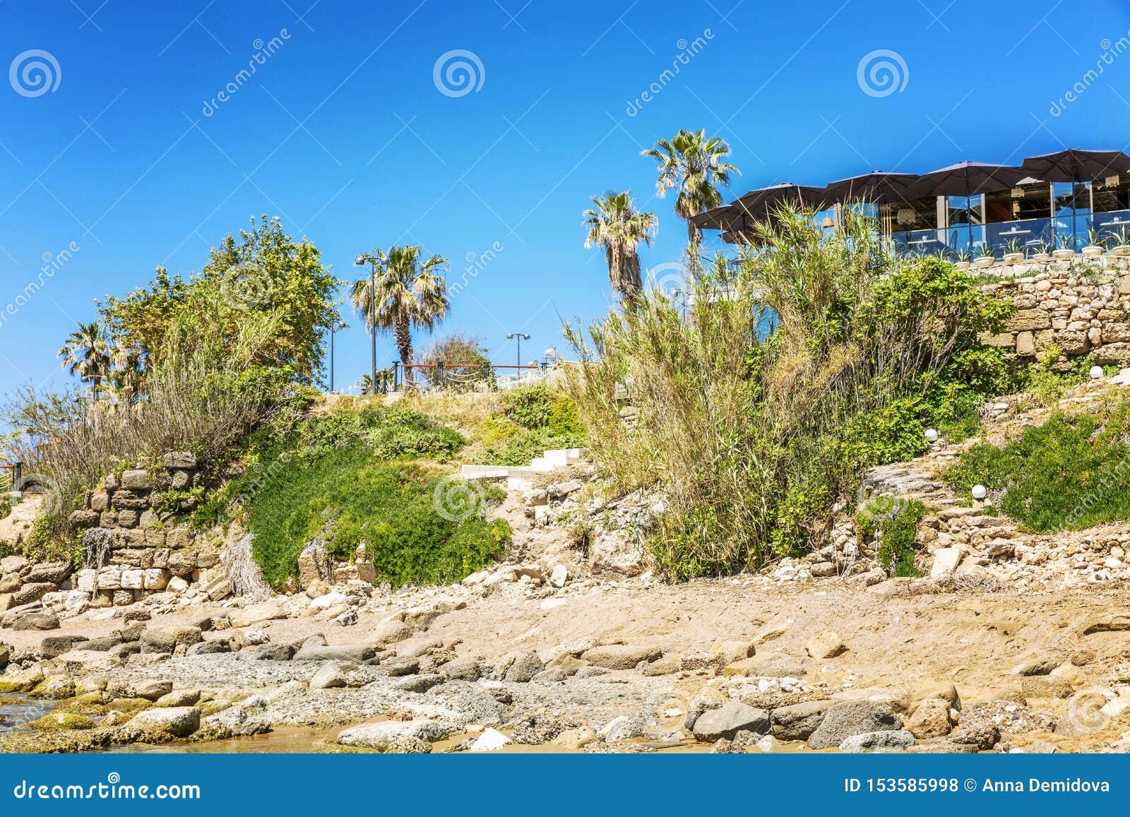 Casa de campo na costa rochoso do mar Dia ensolarado claro Paisagem bonita