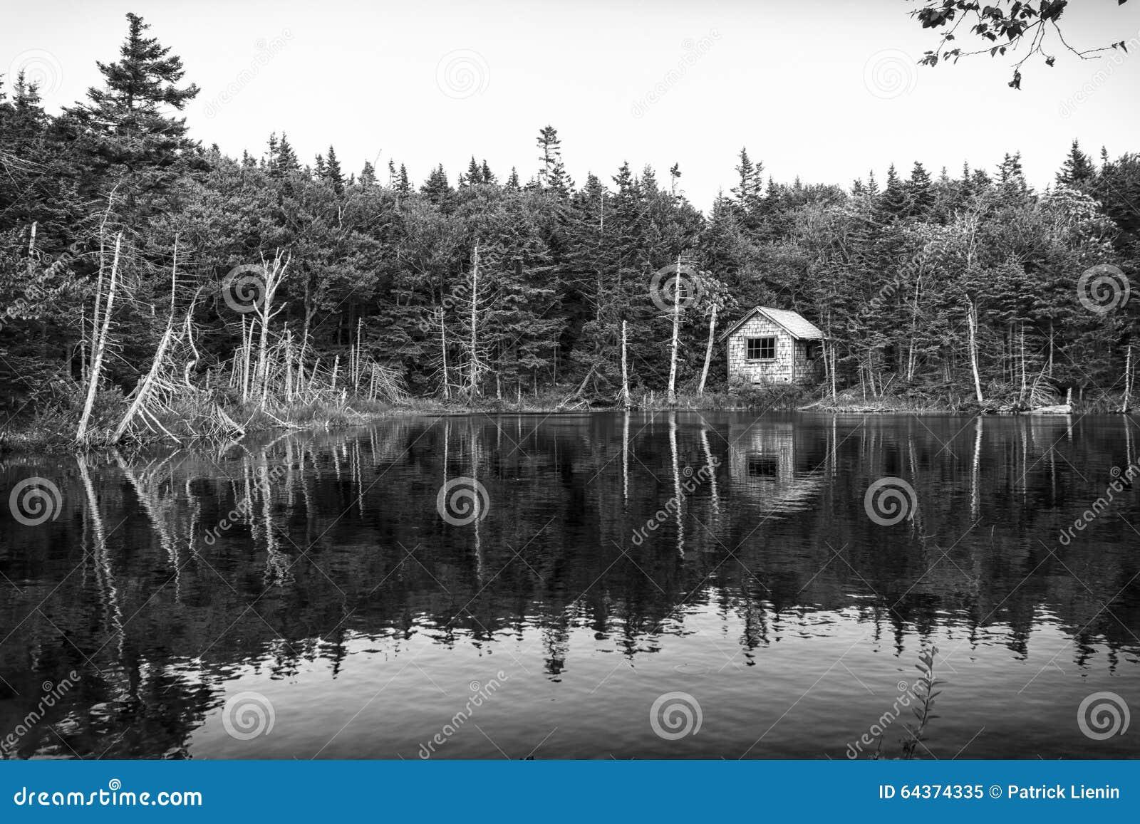 Casa de campo no lago foto de stock imagem 64374335 - Fotos de casa de campo ...