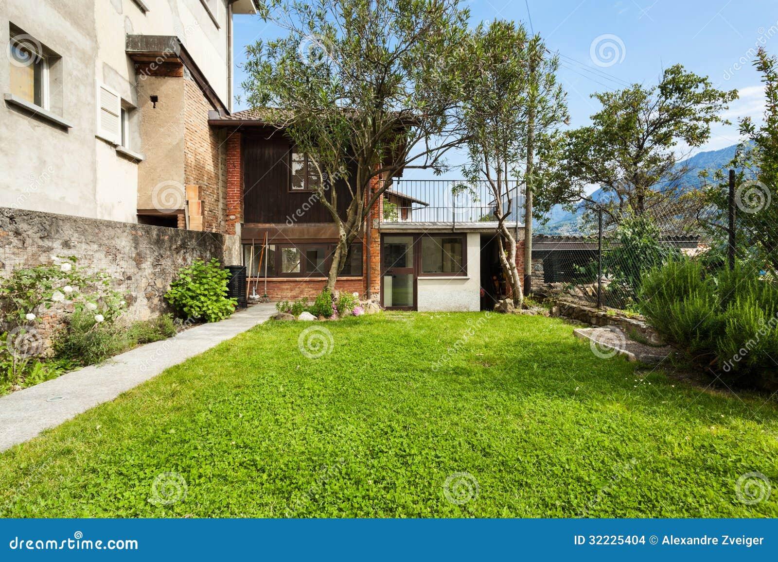 Download Casa De Campo Pequena, Jardim Foto de Stock - Imagem de arquitetura, árvore: 32225404