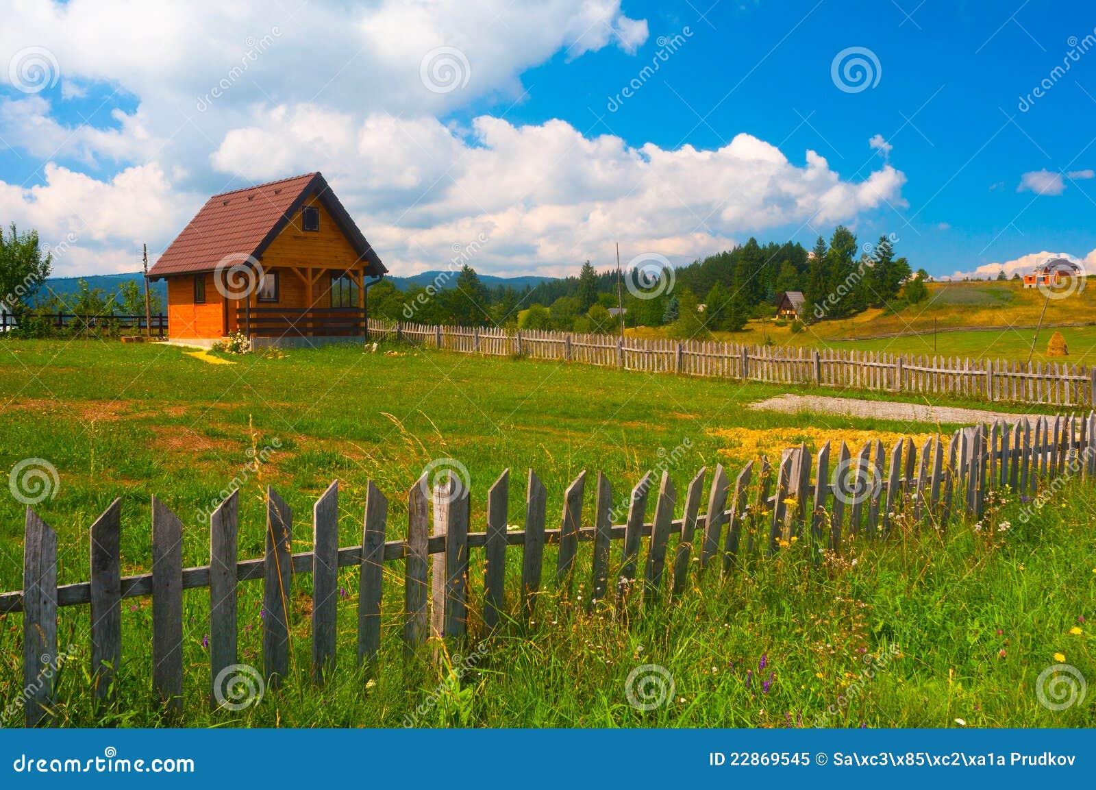 Casa de campo pequena prado e cerca de madeira foto de for Casetas pequenas